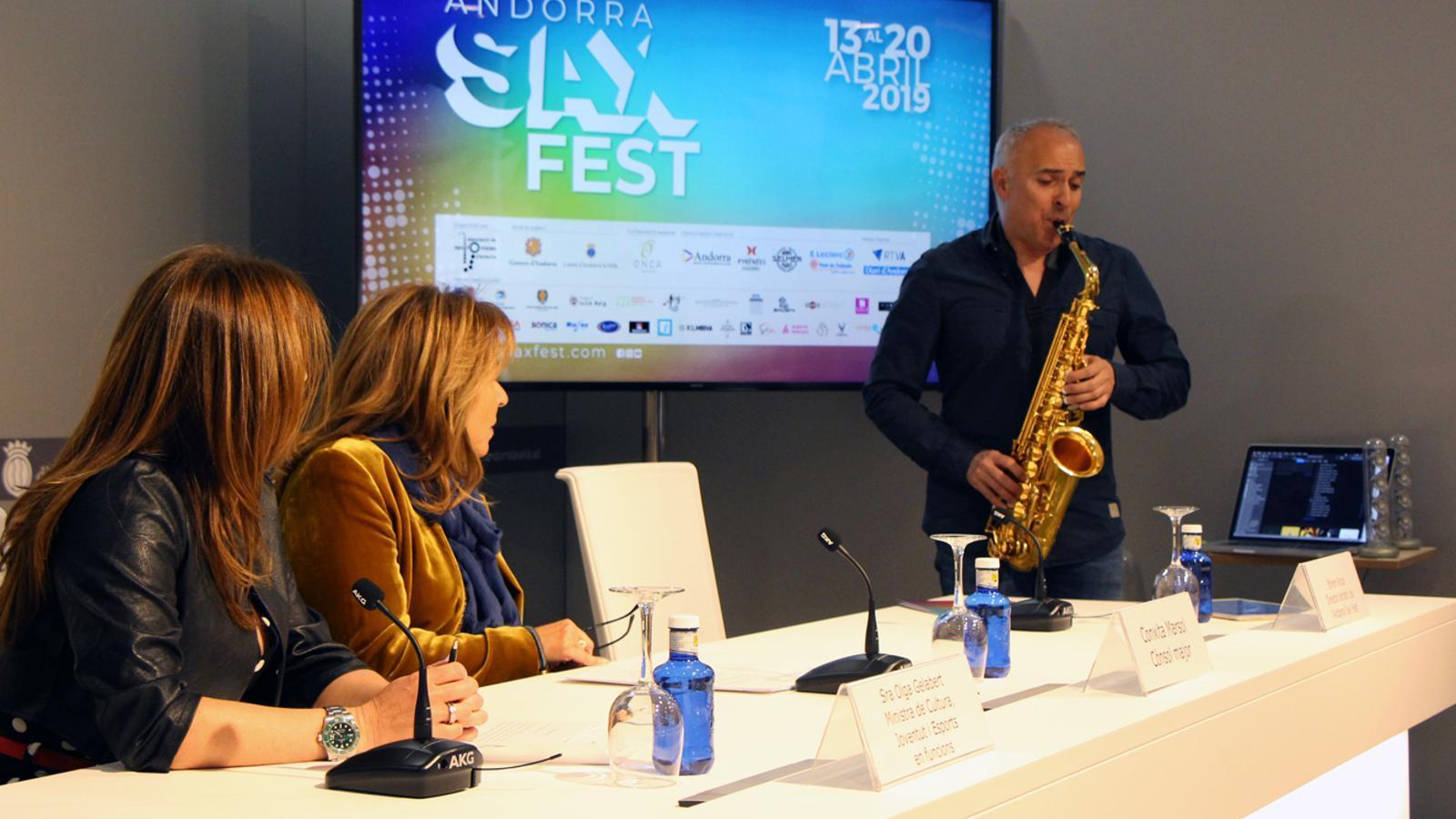 El director artístic de l'Andorra Sax Fest, Efrem Roca, ha interpretat una peça musical abans de començar la roda de premsa. / M. P. (ANA)