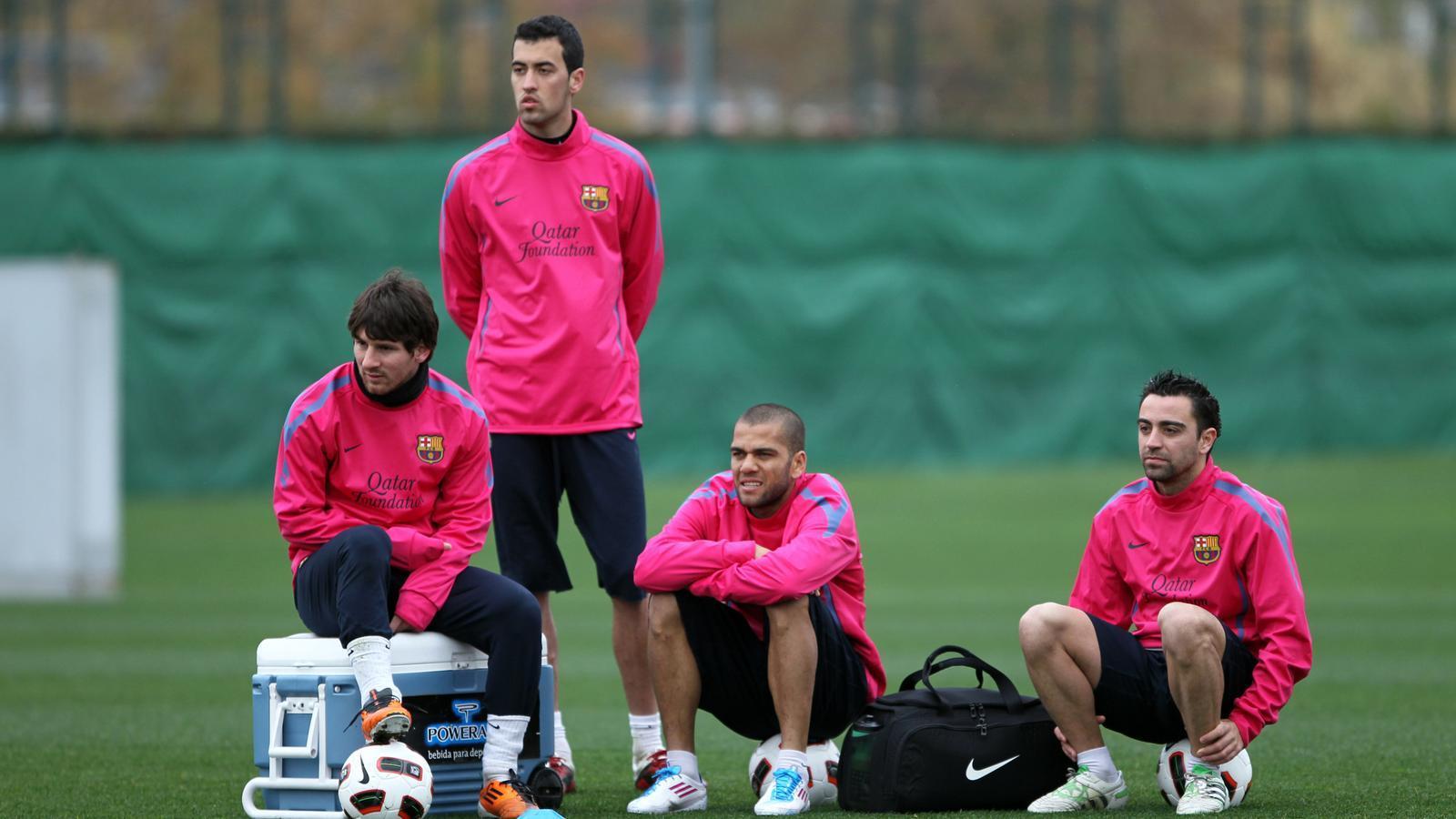 Tranquil·litat Els blaugranes -d'esquerra a dreta: Messi, Busquets, Alves i Xavi- descansen durant un entrenament. / FCBARCELONA.CAT