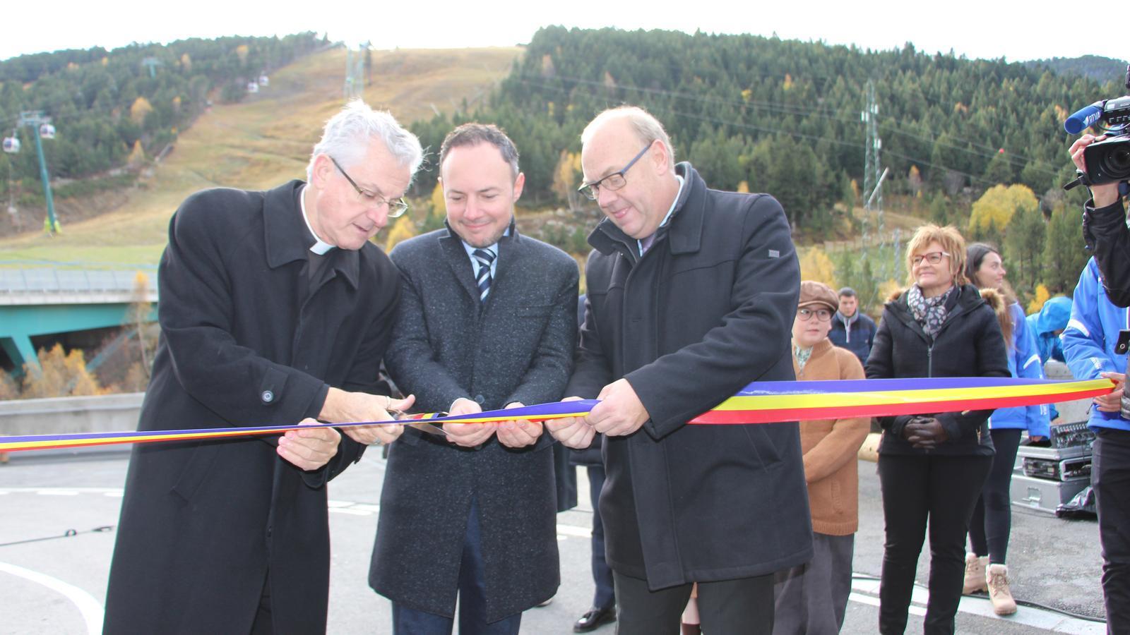 Instant de la inauguració amb el tall de cinta amb Joan-Enric Vives, Xavier Espot i Josep Mandicó. / A.S.