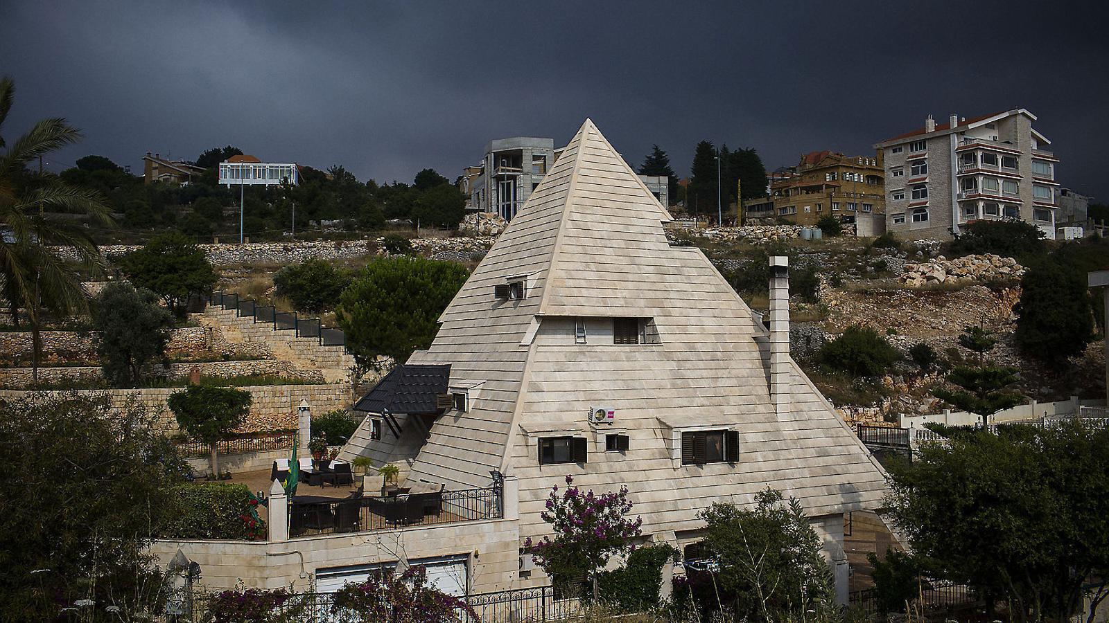 La casa amb forma de piràmide egípcia que s'hi ha fet construir Raymond Chaghoury