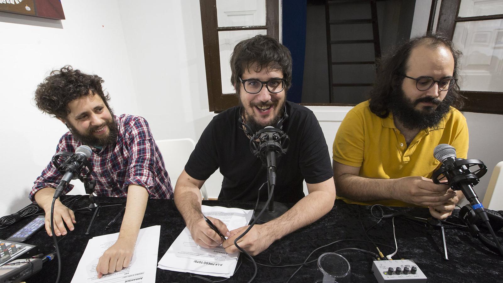 A La Llama Store hi havia, entre d'altres, els humoristes Kike García i Tomàs Fuentes, i el director d'El Jueves, Guillem Martínez.