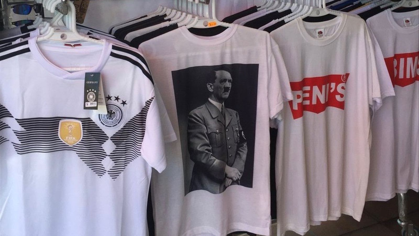 Un 'souvenir' de l'Arenal ven samarretes amb un retrat d'Adolf Hitler