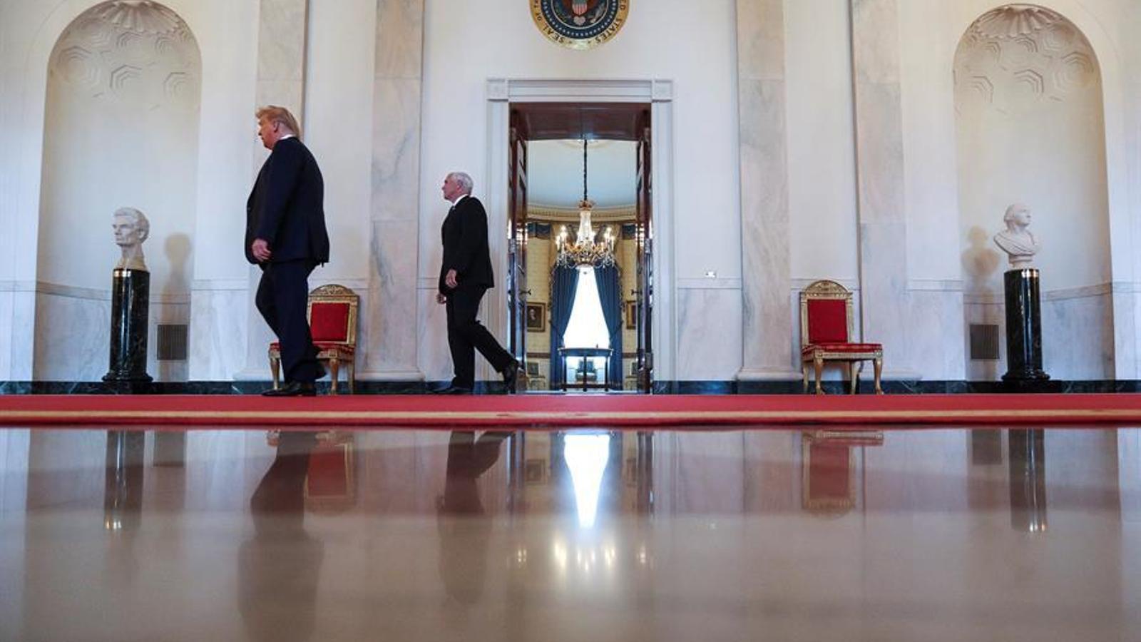 Trump caminant amb el vicepresident, Mike Pence, per la Casa Blanca