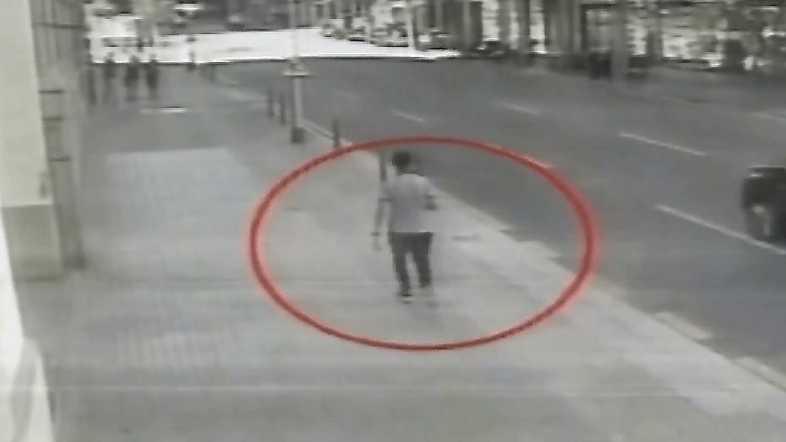 Una imatge del terrorista Younes Abouyaaqoub fugint pels carrers de Barcelona després de l'atropellament a la Rambla.