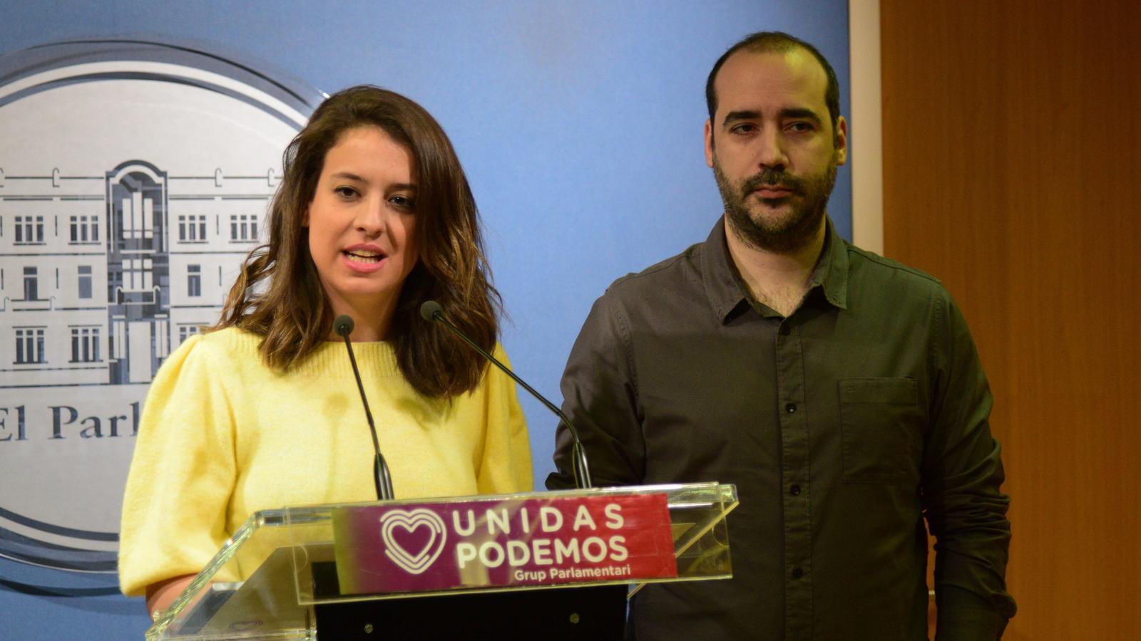 Els diputats de Podem Gloria Santiago i Alejandro López, en roda de premsa al Parlament