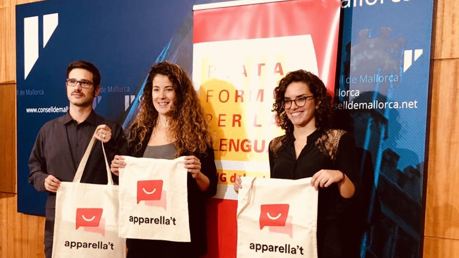 Representants de La Plataforma per la Llengua durant la presentació d'aquest dilluns.