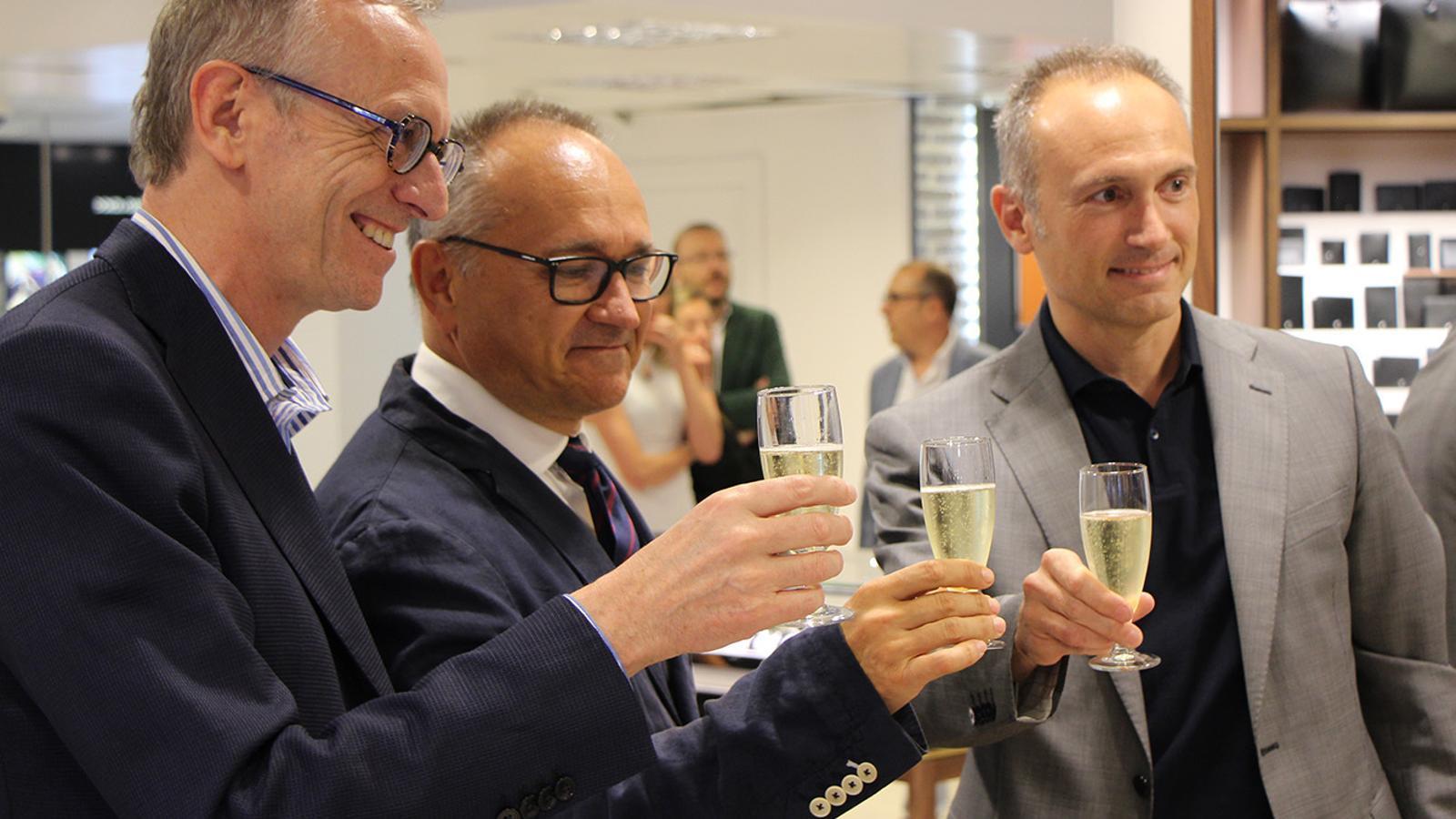 El director general del Grup Pyrénées, Ramon Oliva, el 'brand' mànager de Montblanc Ibèria, Francesc Carmona, i el director general adjunt de Pyrénées, Iván Armengod brinden durant l'acte d'inauguració del nou espai Montblanc. / B. N.