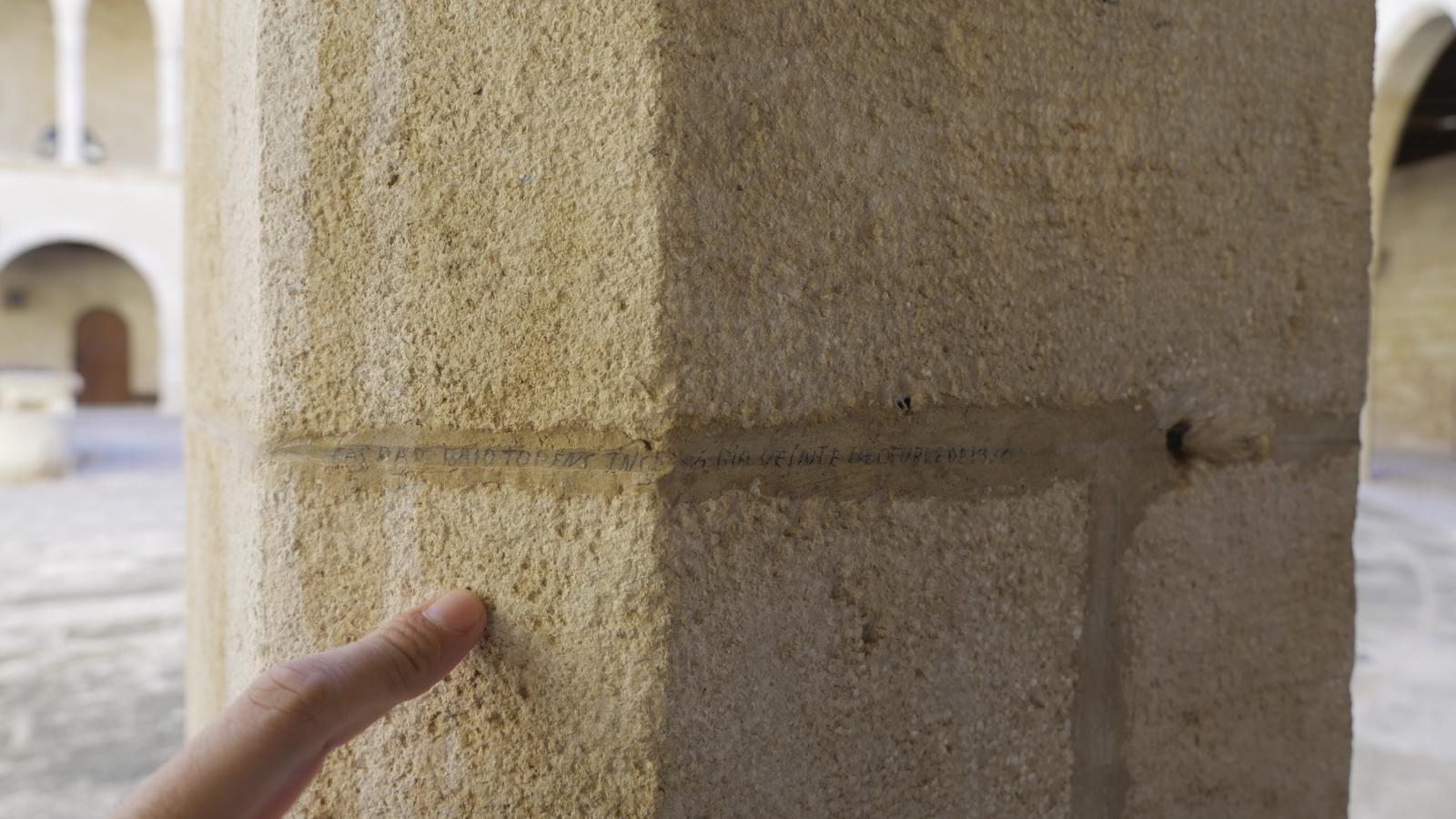 Una de les inscripcions que omplen les columnes i els arcs de les portes del pati del castell. / JO HI ERA
