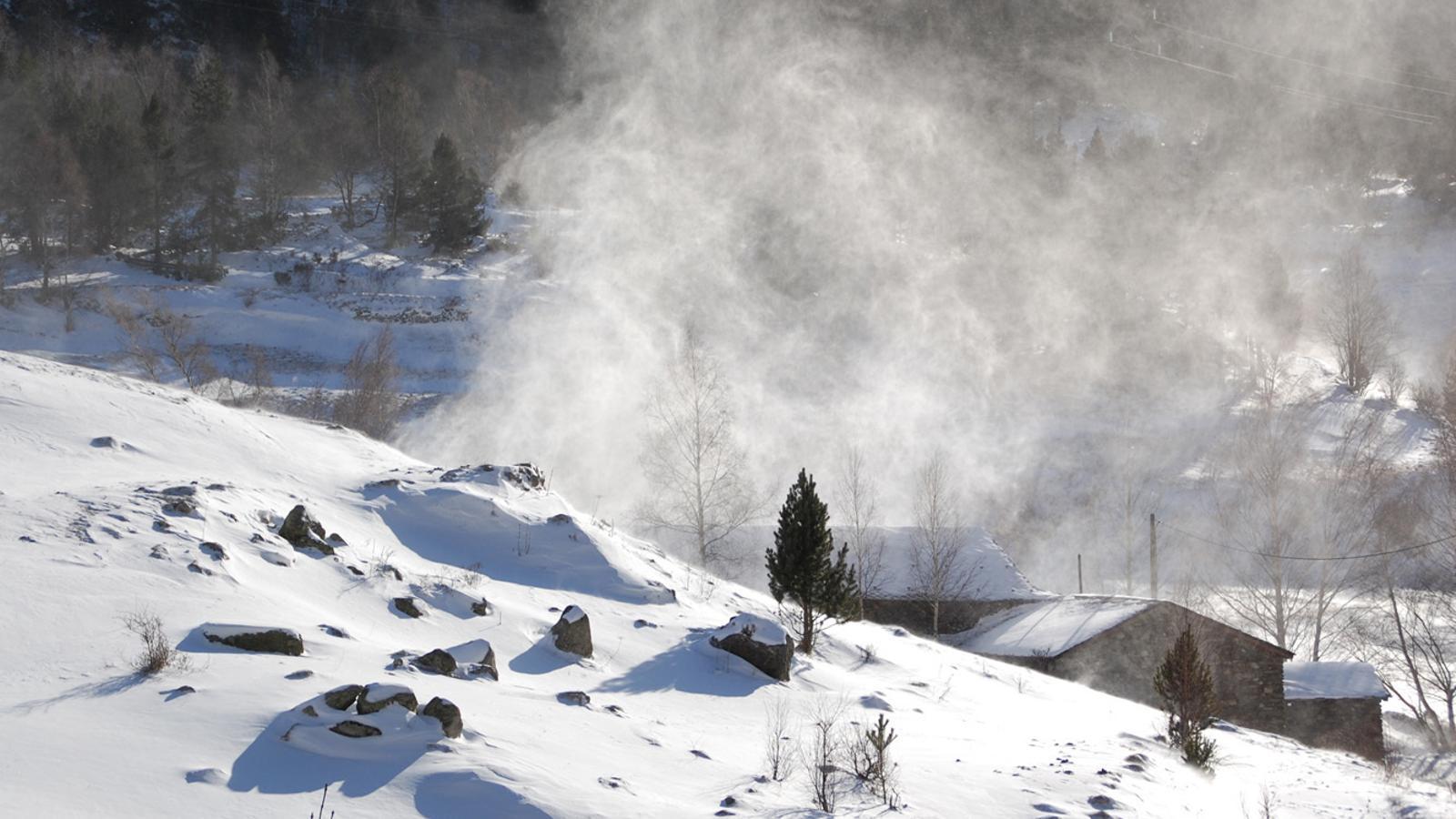 Les ràfegues de vent fan volar la neu. / ARXIU