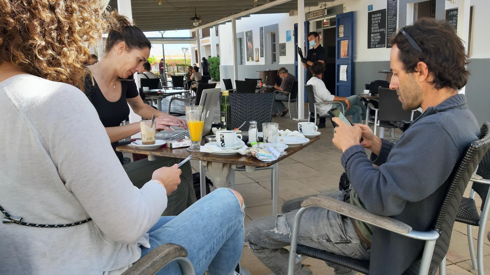 Alguns clients, aquest dilluns, al bar Centro de Sant Francesc.
