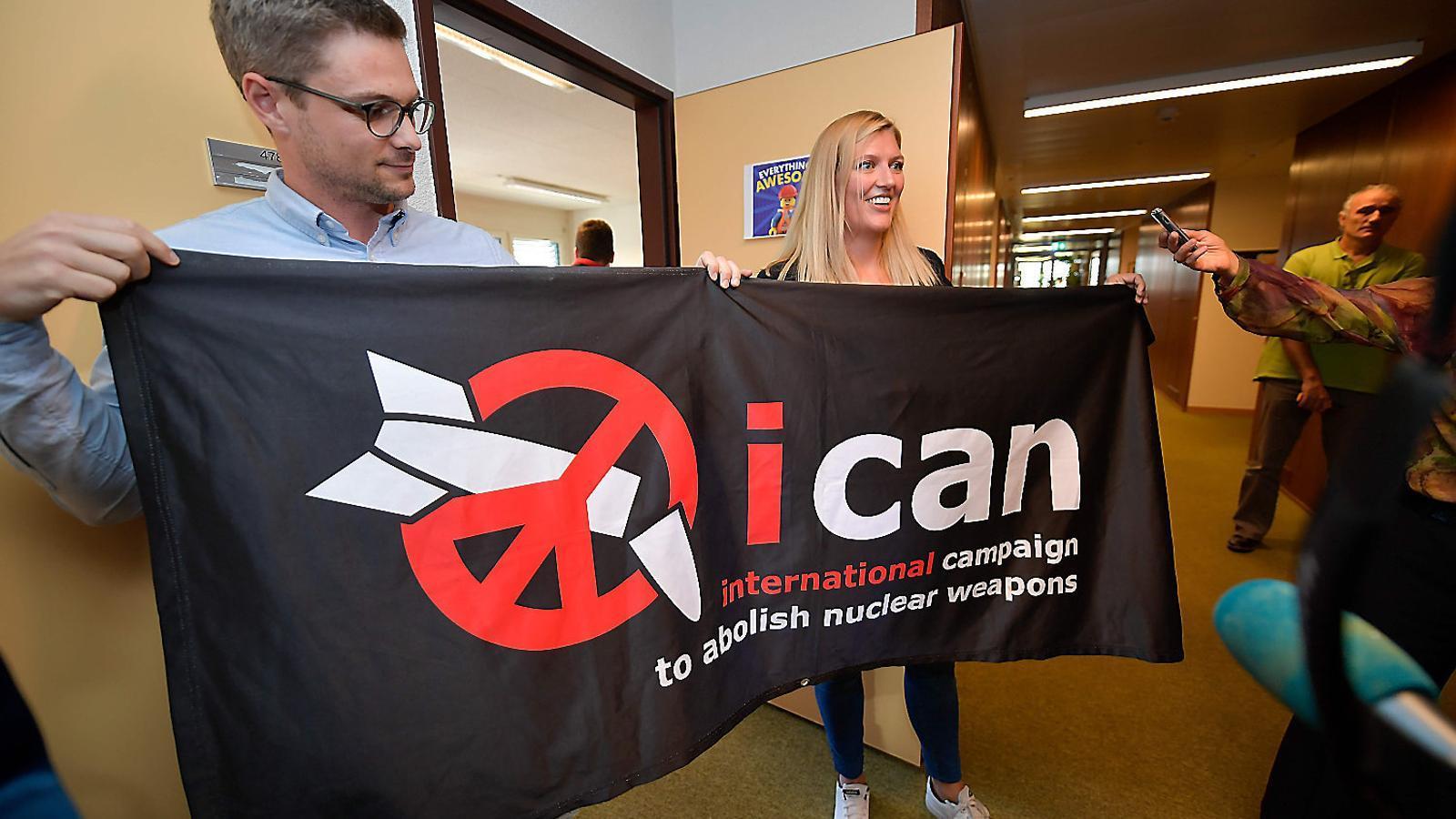 Membres de la campanya contra les armes nuclears celebrant el Nobel.