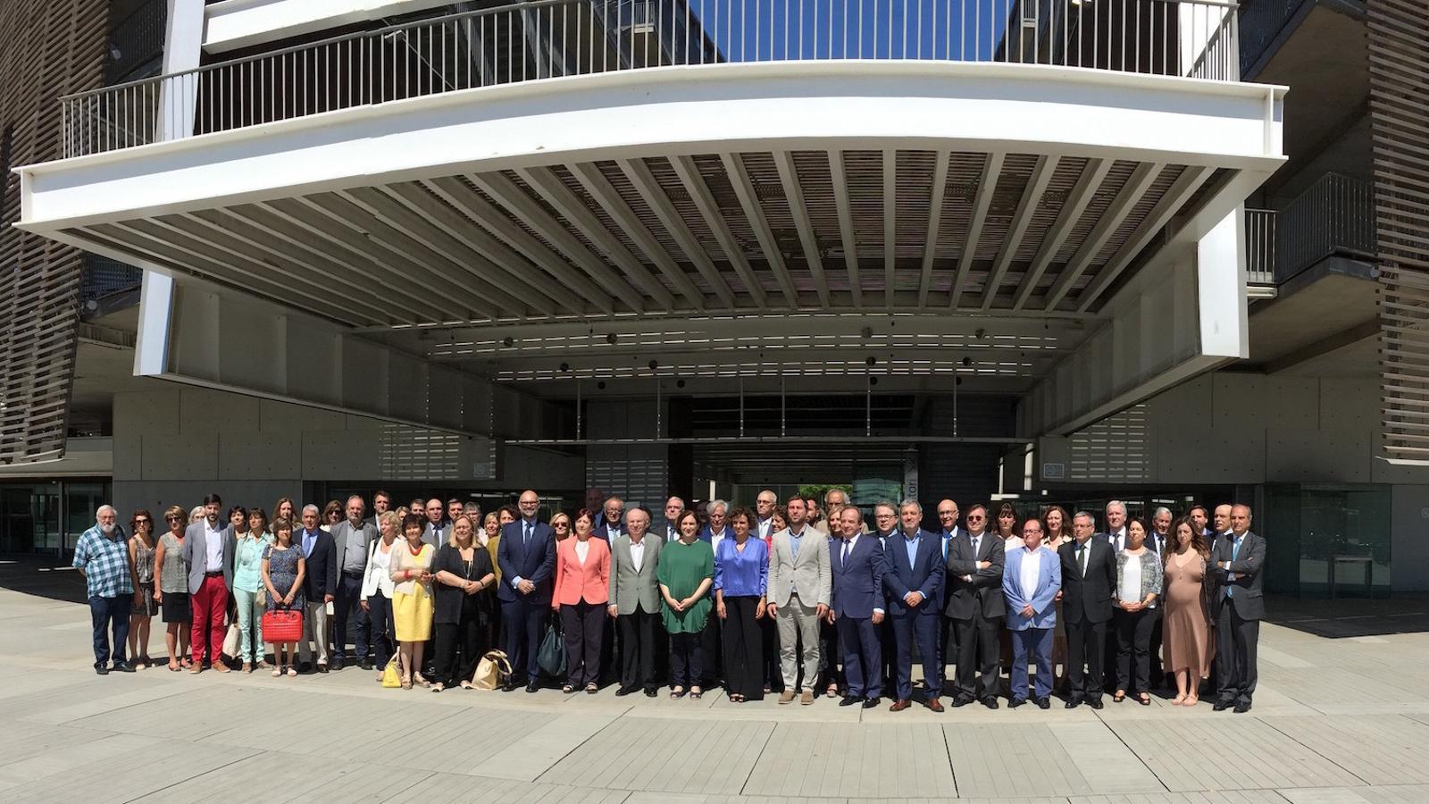 La vuitantena d'ambaixadors de l'EMA, amb les autoritats implicades en el projecte, avui a Barcelona