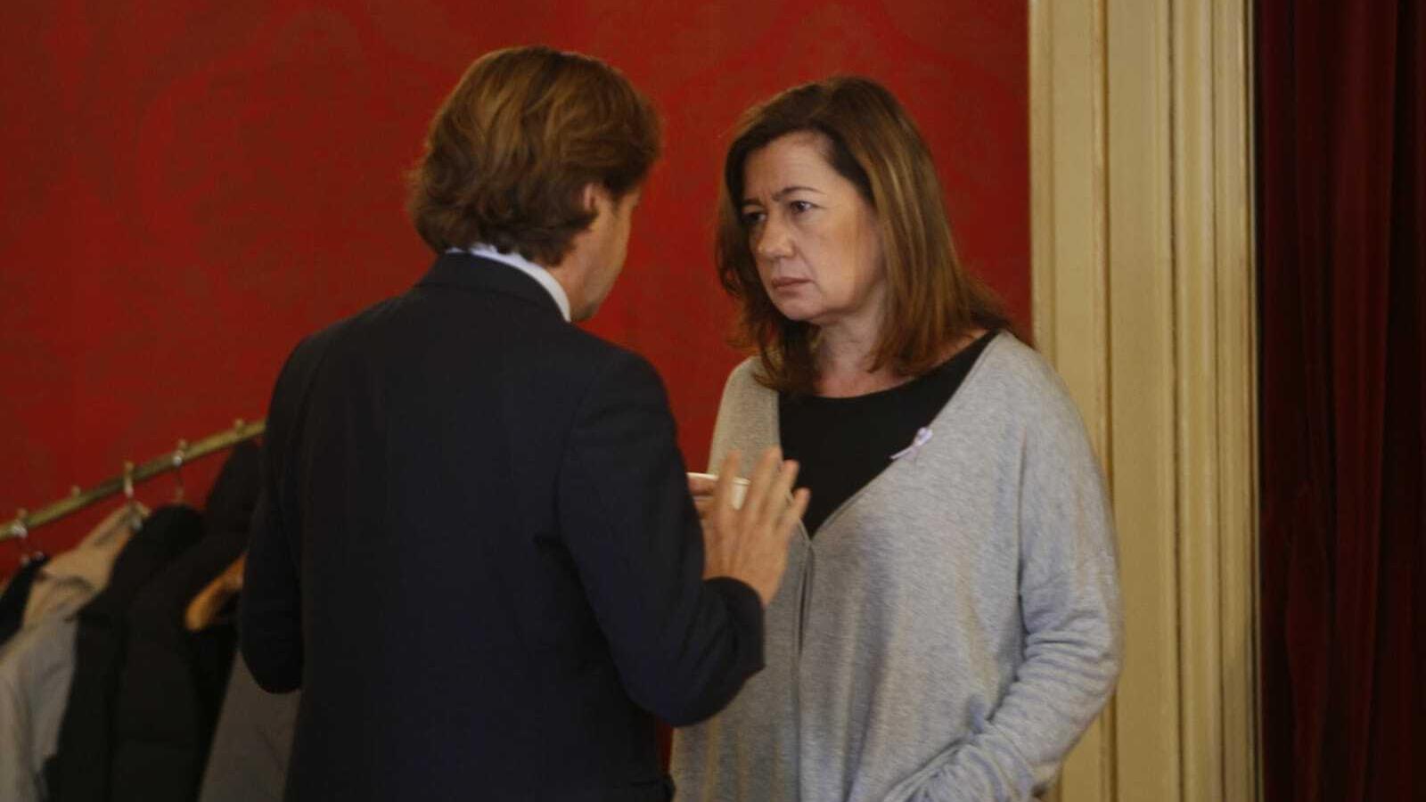 El diputat de Vox, Jorge Campos, aquest dimarts en el Parlament amb la presidenta del Govern, Francina Armengol