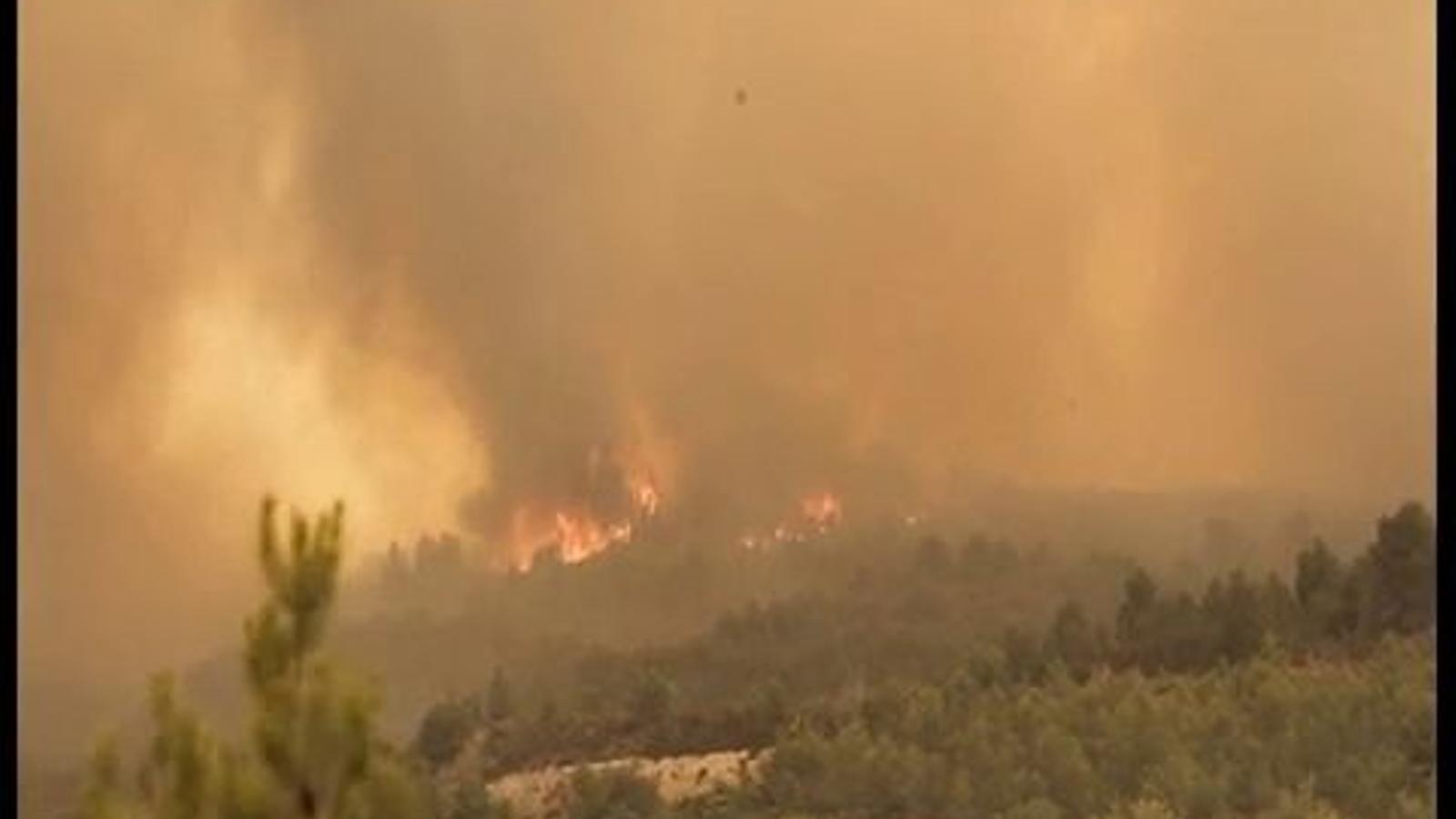 Dos incendis cremen sense control al País Valencià