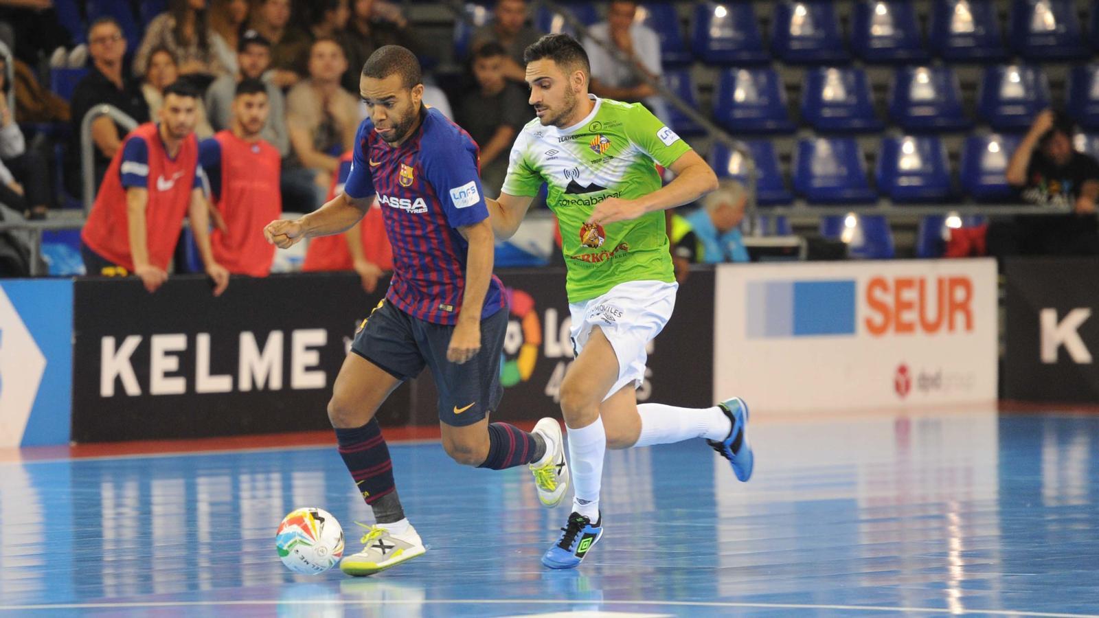 Leo Santana, jugador del Barça Lassa, i Quintela, del Palma Futsal