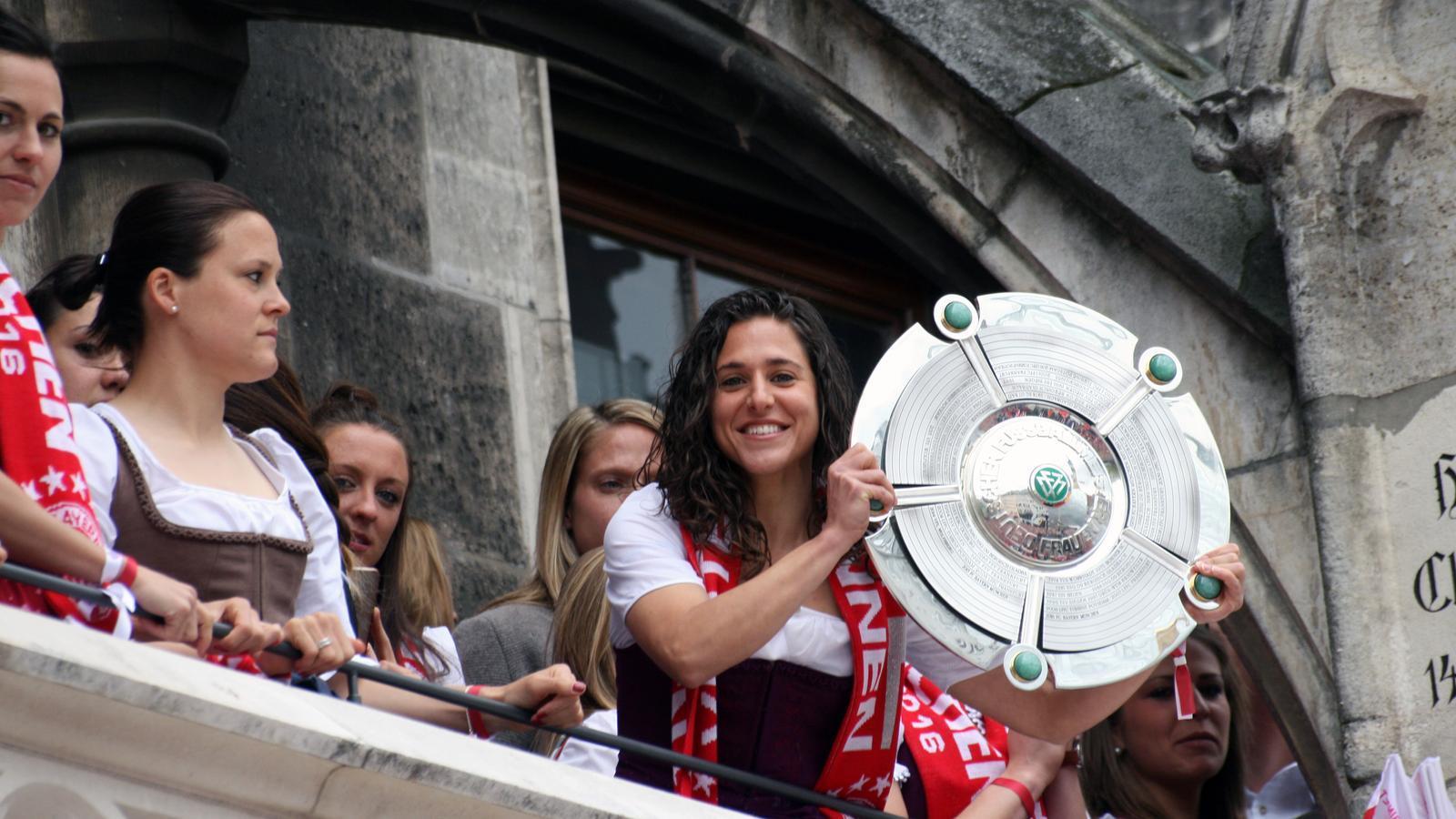 Vero Boquete celebra el títol de Bundesliga femenina des del balcó de l'Ajuntament de Munic