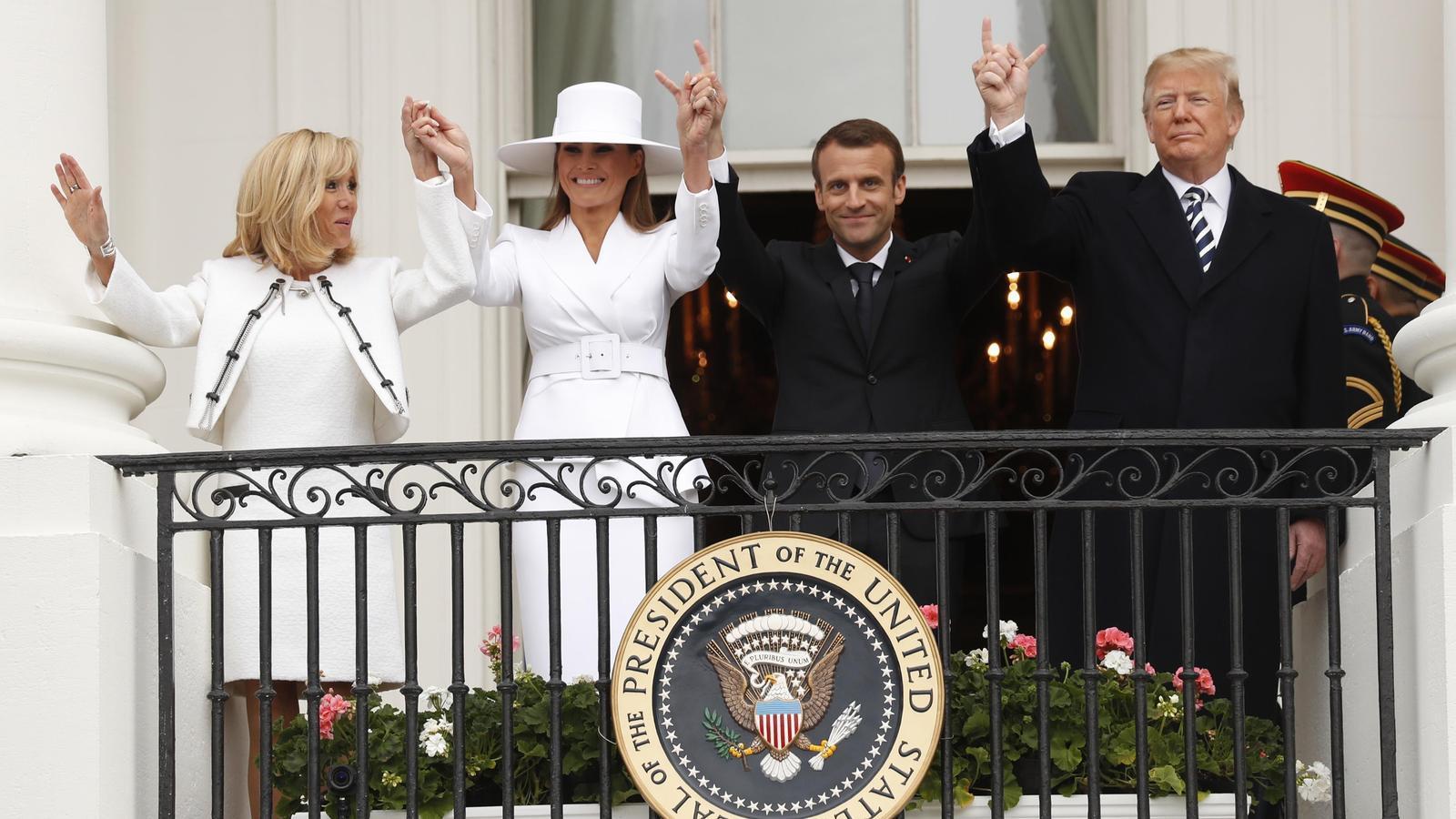 Els matrimonis Macron i Trump saluden des del balcó de la Casa Blanca.