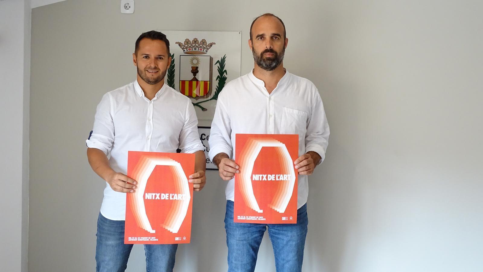 El regidor de Cultura, Xisco Duarte, i el batle, Jaume Montserrat, amb el cartell de l'acte.