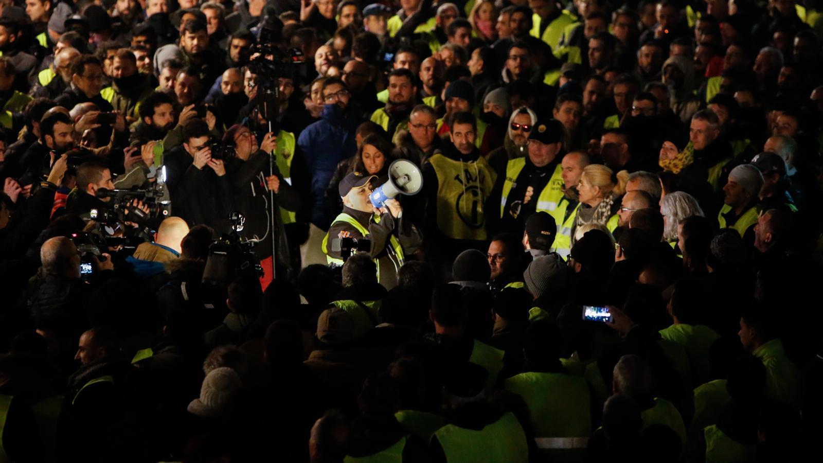 Els taxistes traslladen la protesta a plaça Sant Jaume per pressionar Torra