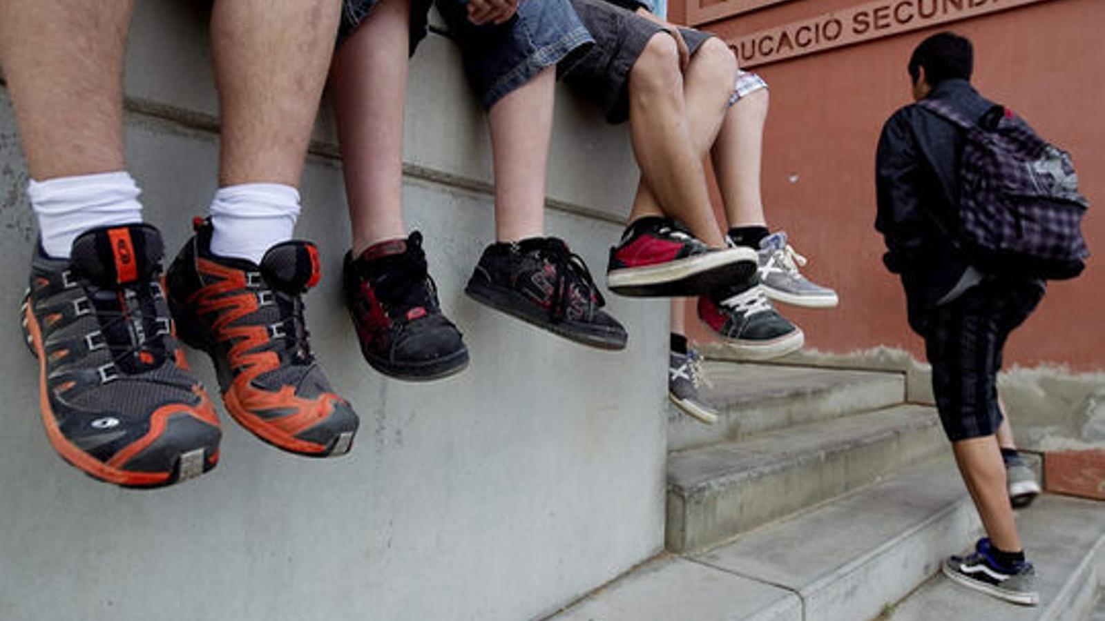Un grup de joves en un institut de secundària, en una imatge d'arxiu.