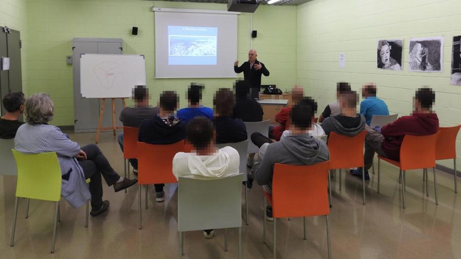 Un moment de la xerrada d'Albert Villaró al centre penitenciari. / SFG
