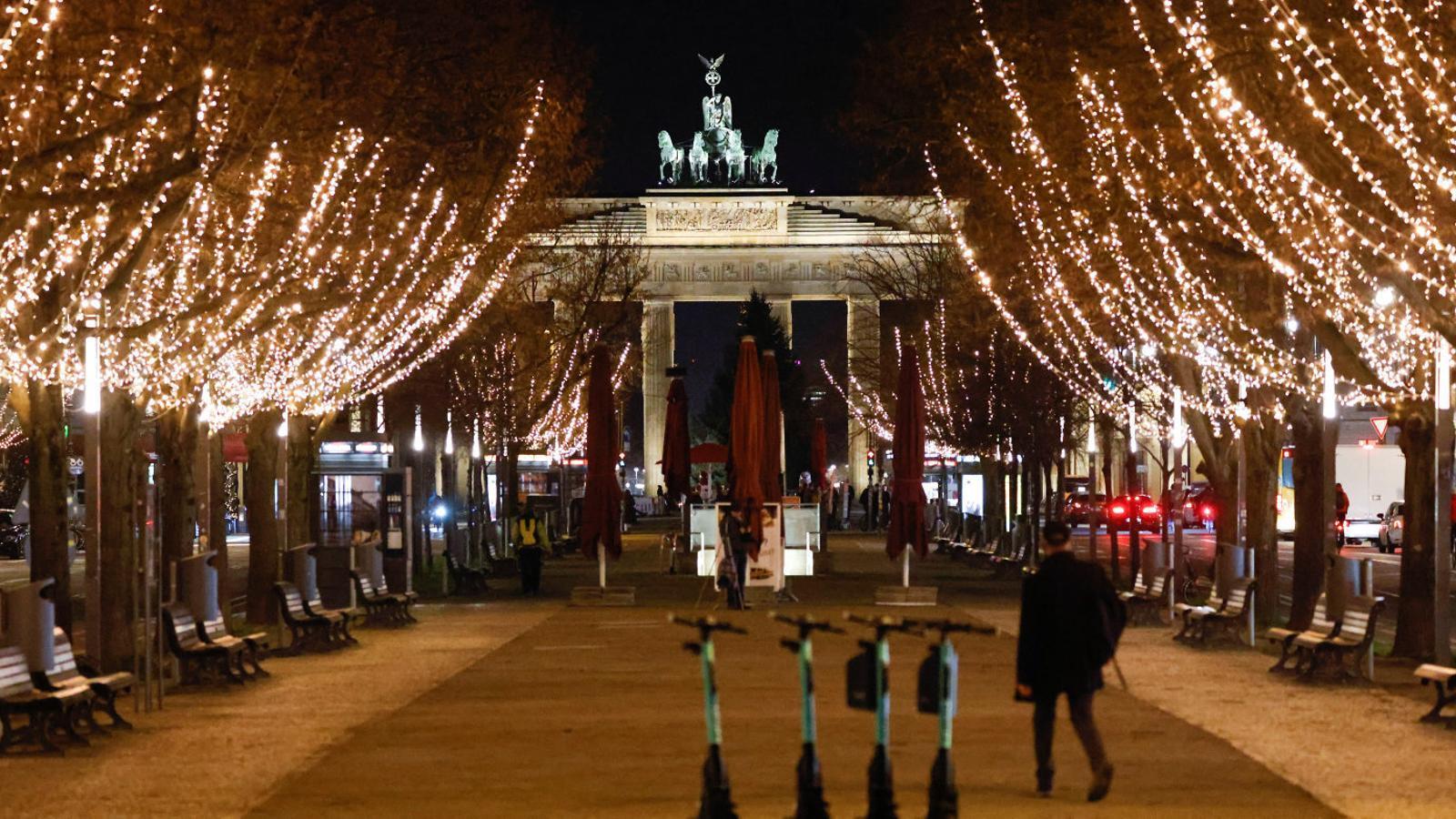 Llums de Nadal a la porta de Brandenburg, al centre de Berlín.