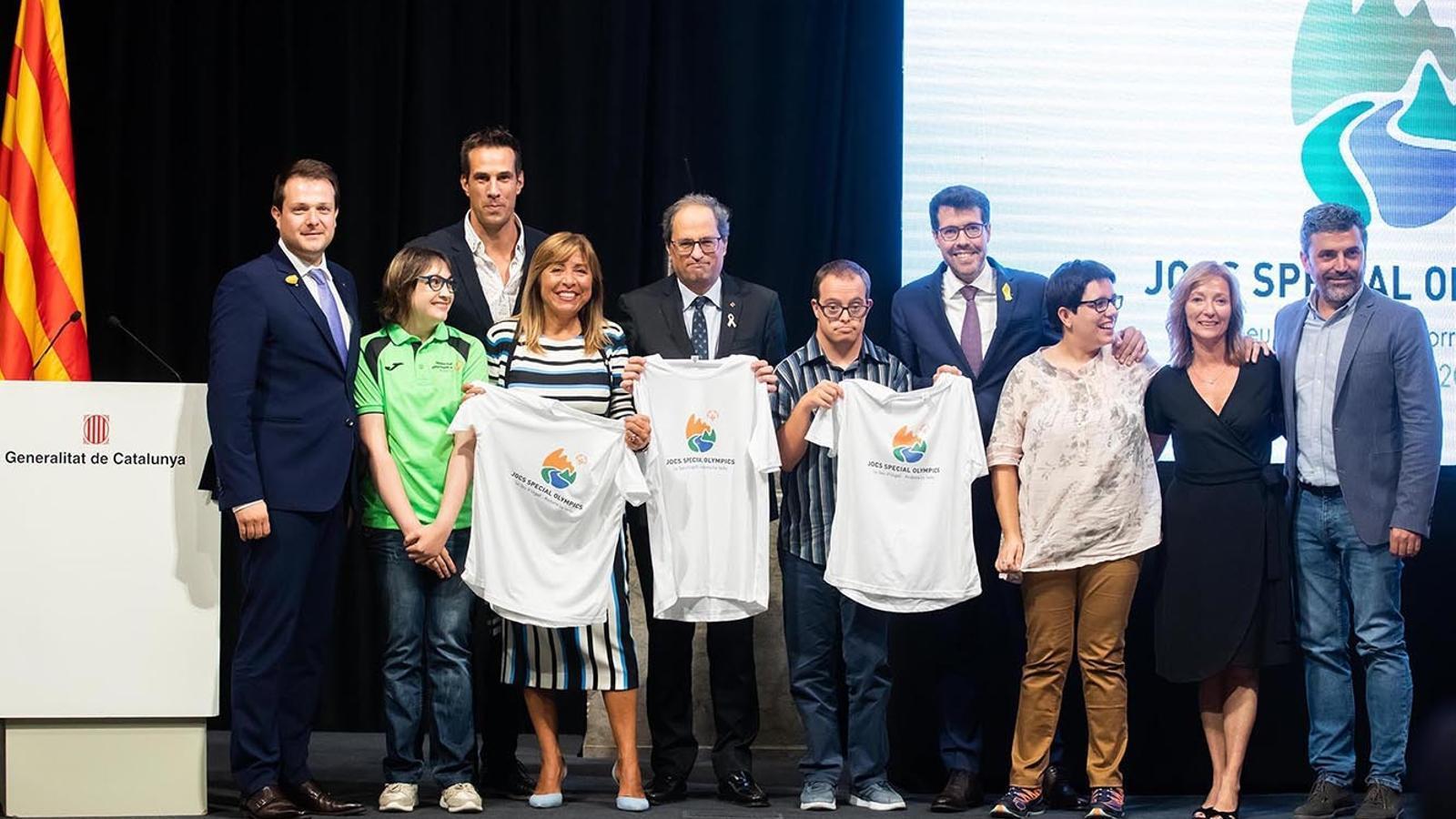 El president de la Generalitat de Catalunya, Quim Torra; l'alcalde de la Seu d'Urgell, Albert Batalla, i la cònsol major d'Andorra la Vella, Conxita Marsol, amb representants dels jocs Special Olympics en la presentació de l'esdeveniment. / COMÚ D'ANDORRA LA VELLA