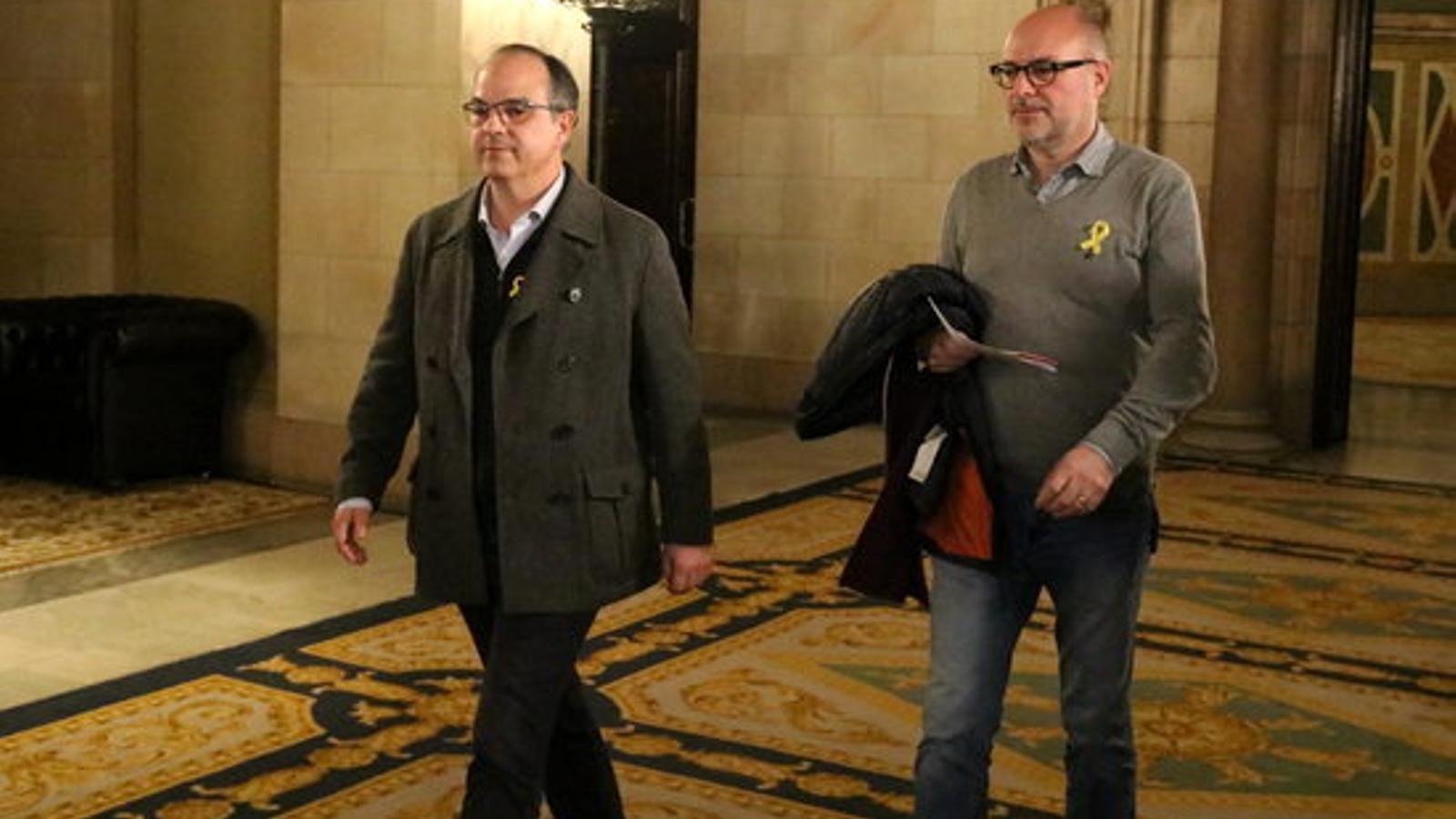 Els diputats de JxCAT Jordi Turull i Pep Riera, aquest dimecres als passadissos del Parlament