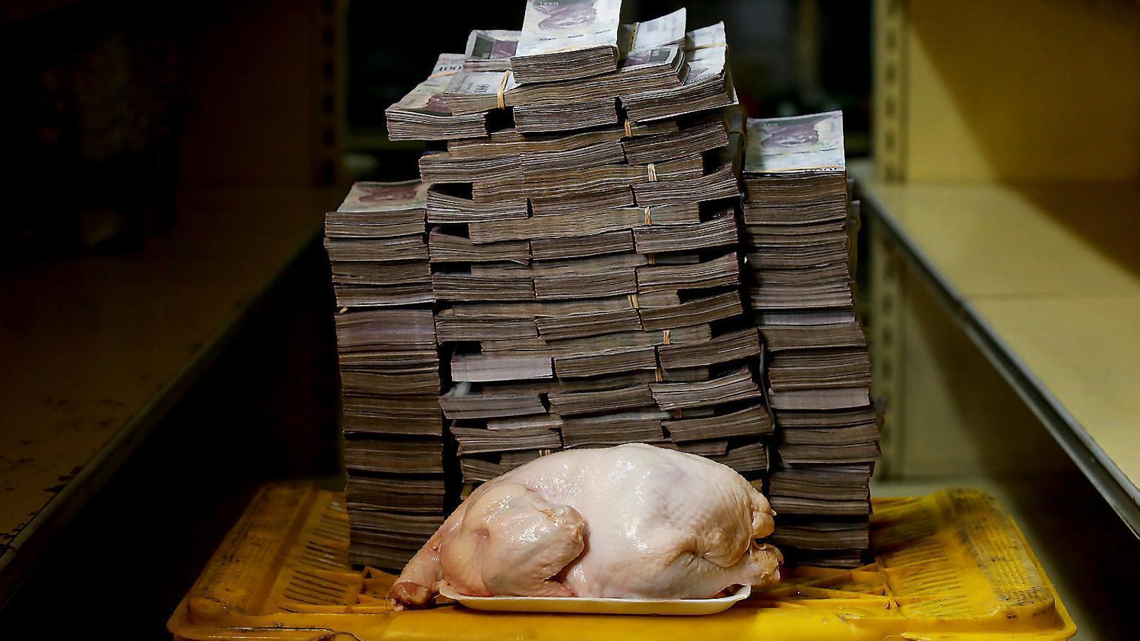 Les dimensions dels 14,6 milions de bolívars que es necessiten per comprar un pollastre a Veneçuela.
