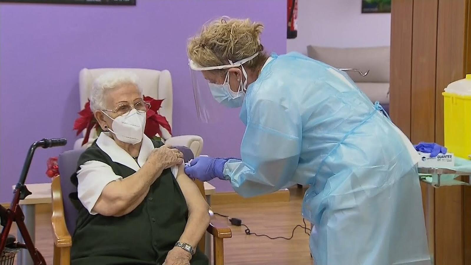 L'Araceli, de 96 anys, és la primera persona que rep la vacuna a l'Estat