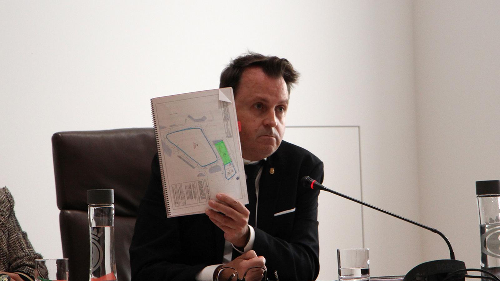 El conseller d'Urbanisme i Aparcaments, Josep Antoni Cortés, mostra el plànol de la parcel·la. / M. F. (ANA)