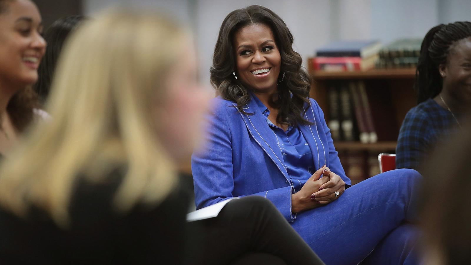 Michelle Obama va tornar al seu institut, a Chicago, per presentar les seves memòries davant un grup de noies.