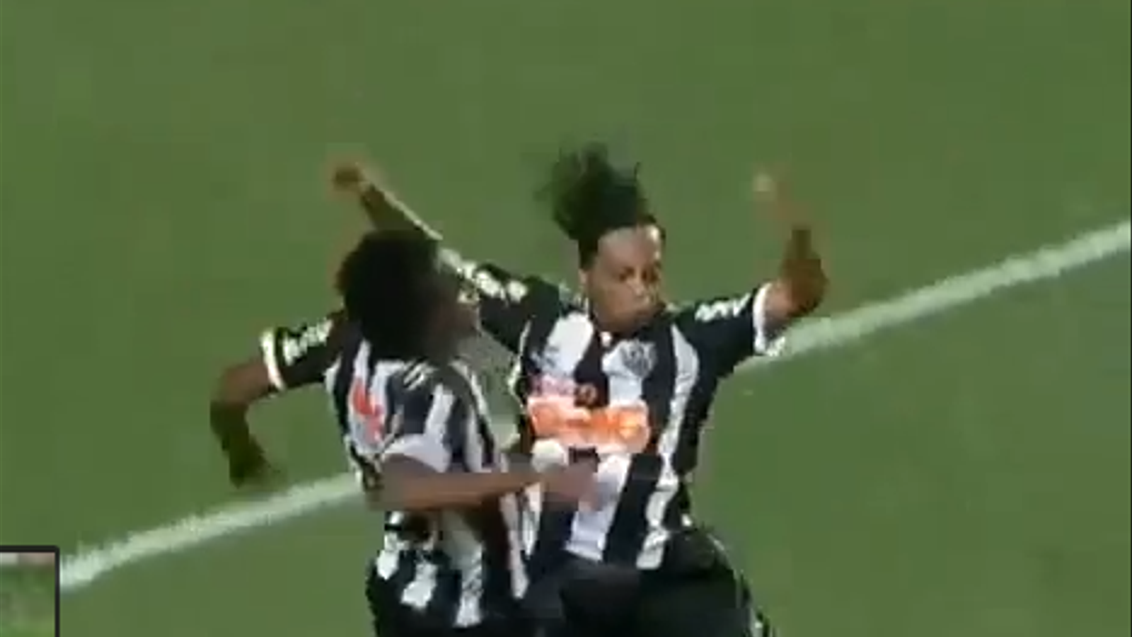 Ronaldinho marca un gol espectacular després de desfer-se de tres defenses