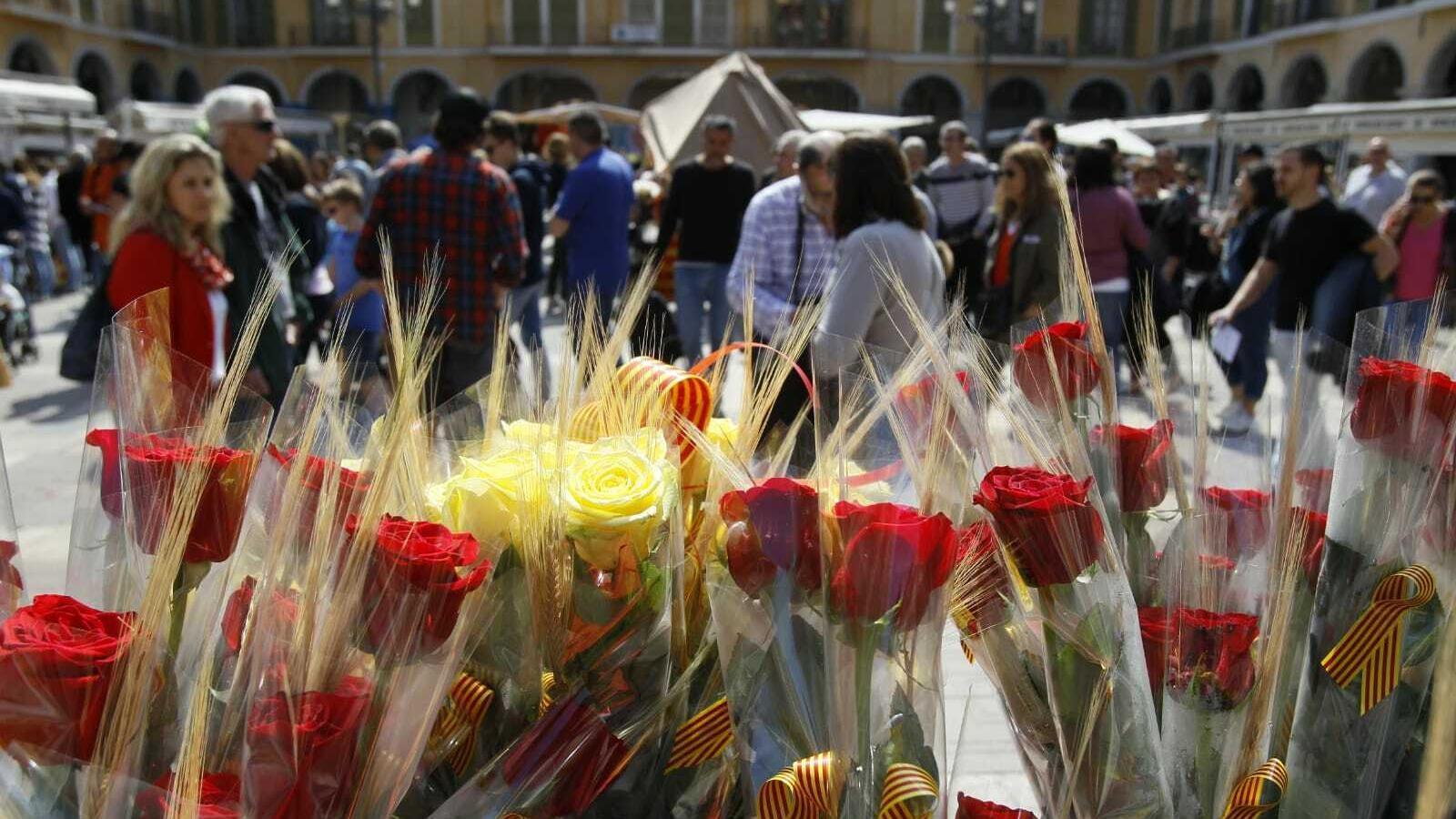 Centenars de persones omplen els carrers de Palma per Sant Jordi