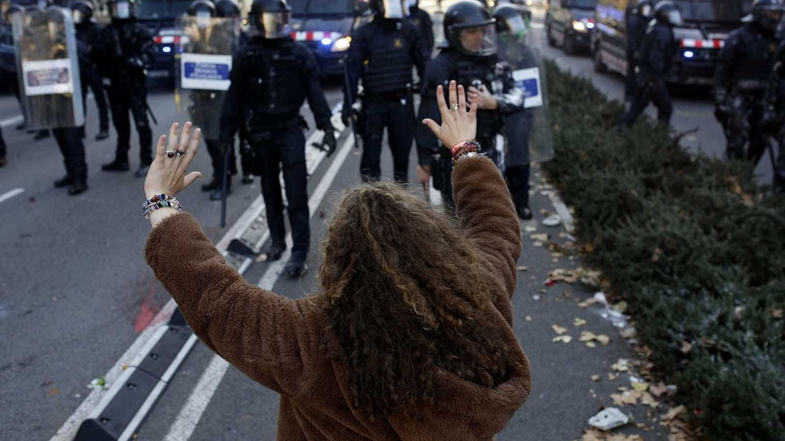 Creix la tensió al Paral·lel entre manifestants i Mossos d'Esquadra amb càrregues i llançament d'objectes
