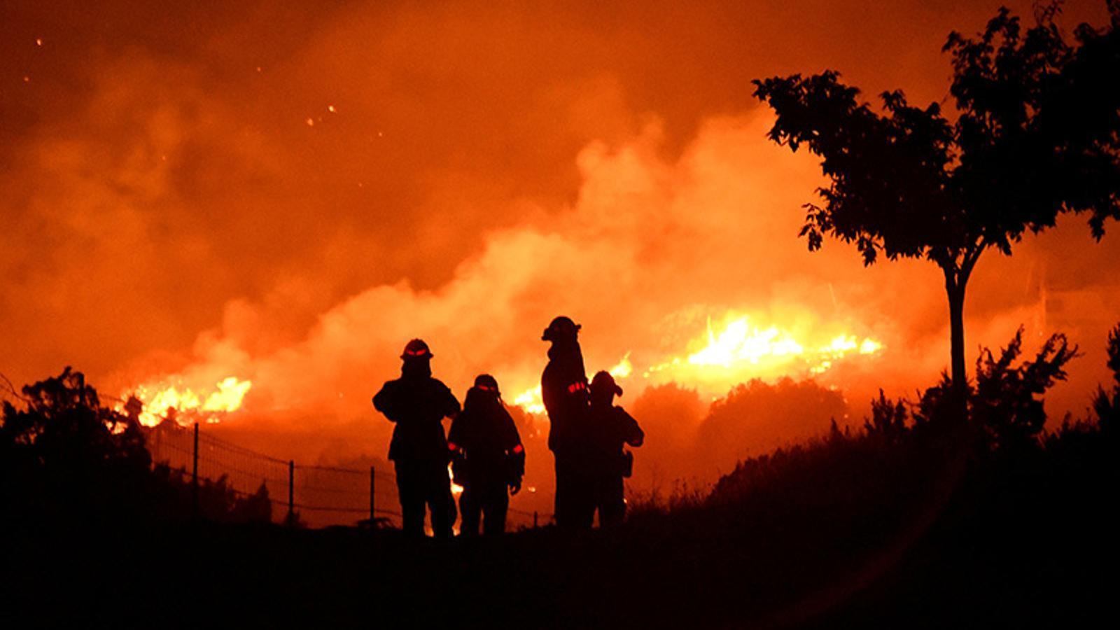 Els bombers de Califòrnia intentant controlar un incendi a prop de Los Angeles fa poques setmanes