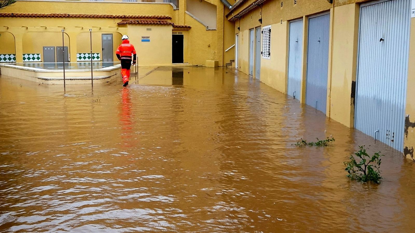 Bombers del Consorci de Castelló han hagut de rescatar alguns veïns de zones residencials de municipis de costa com Orpesa
