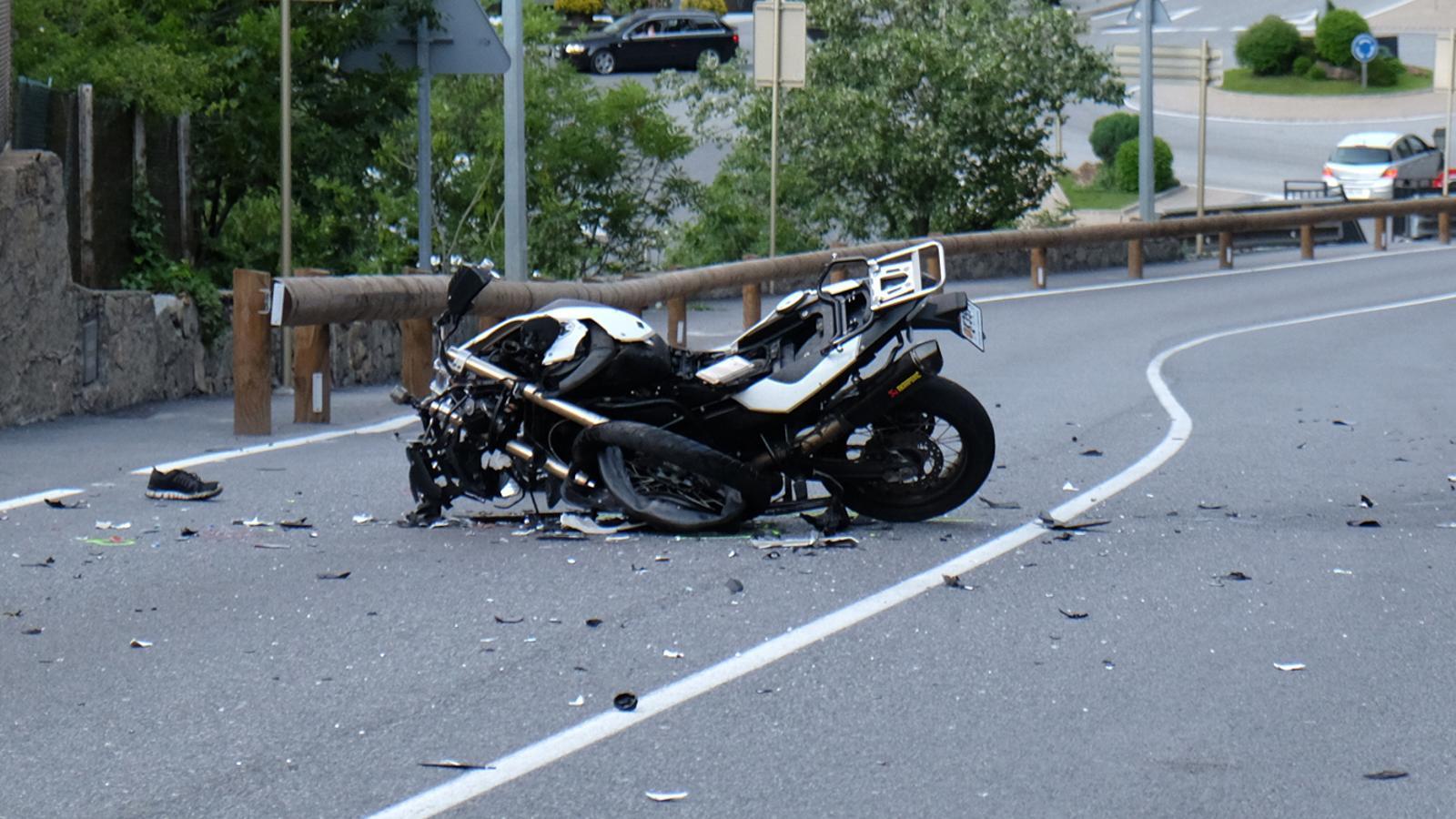 Estat en què va quedar una de les motos en l'accident. / M. T.