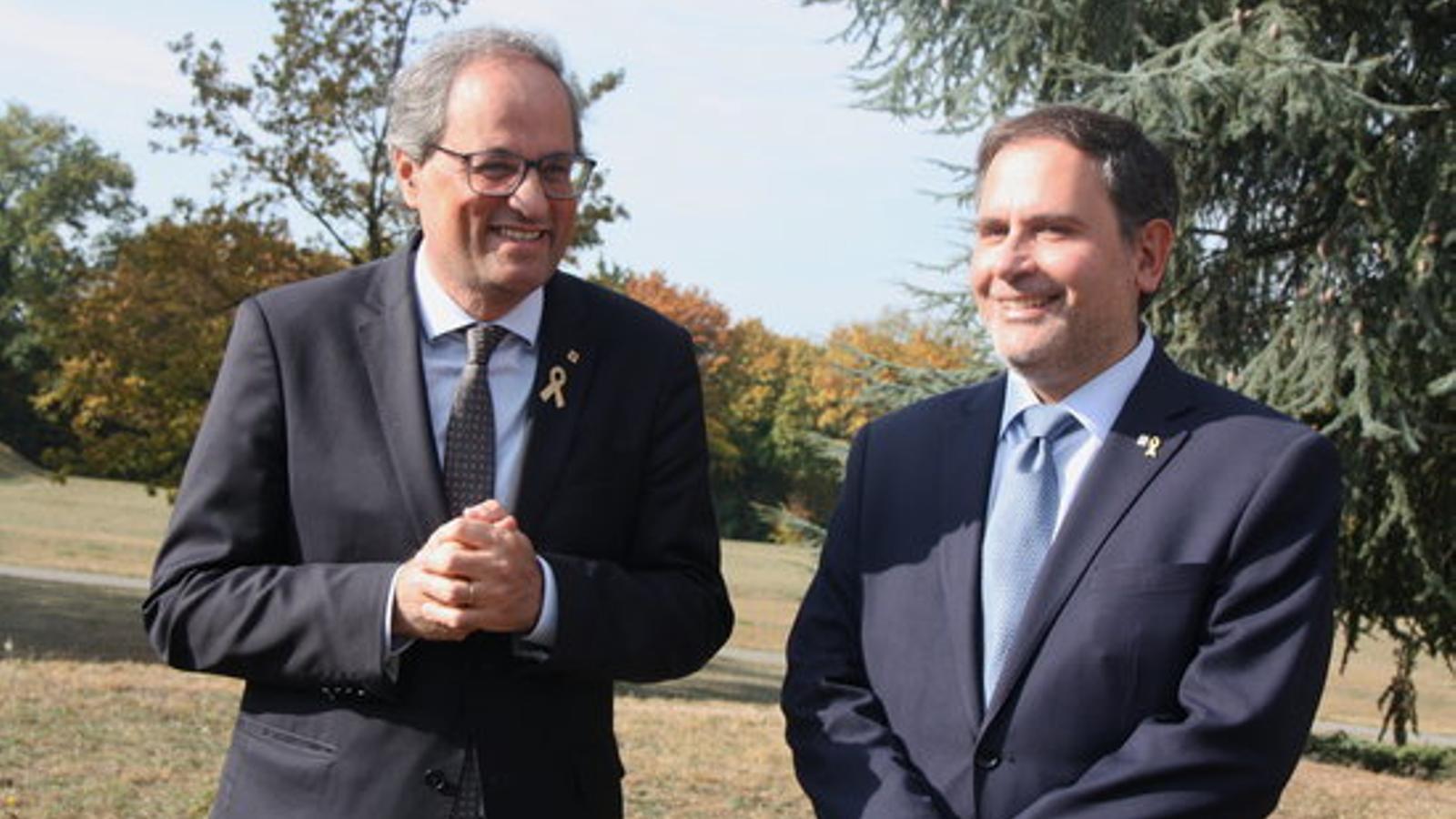 El president Quim Torra i el delegat de la Generalitat a Ginebra, Manuel Manonelles, prop de l'aeroport de la ciutat