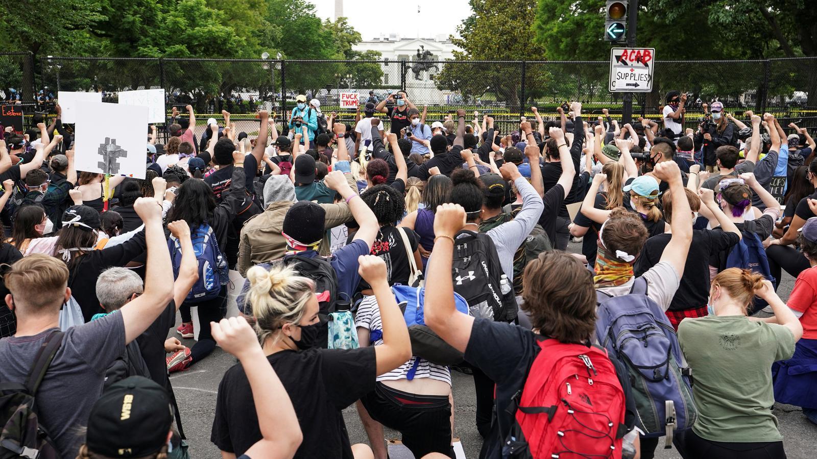 Manifestants contra el racisme policial davant de la Casa Blanca dimarts 2 de juny.