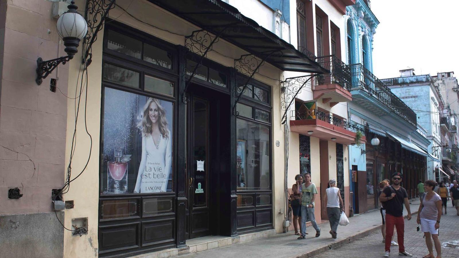 Les marques, com Lancôme, es poden trobar a La Habana Vieja, però la propietat de les botigues continua sent d'empreses estatals.