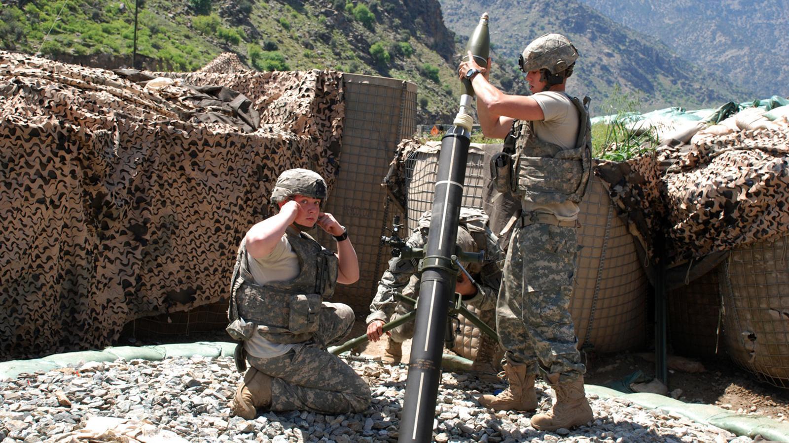 Militars nord-americans a punt de llançar un obús de morter a la província afganesa de Kunar, en una foto d'arxiu