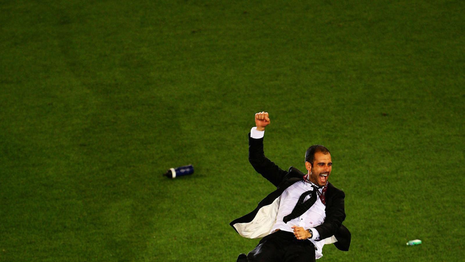 Pep Guardiola, mantejat pels seus jugados després de guanyar la final de la Champions a l'Olímpic de Roma.