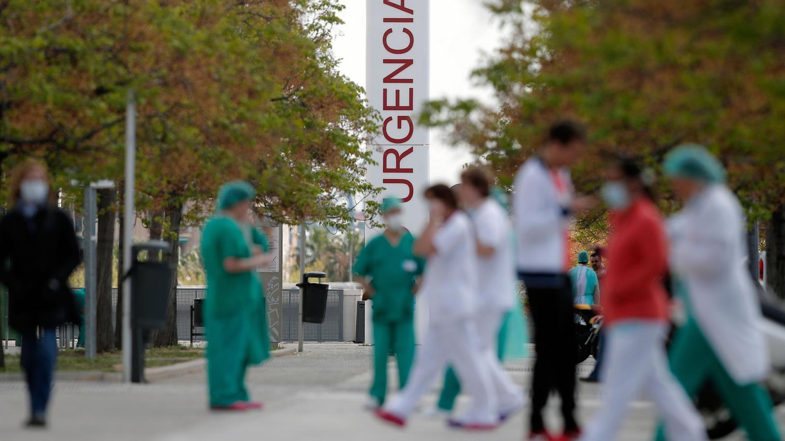 Treballadors sanitaris en les instal·lacions de l'hospital La Fe de València