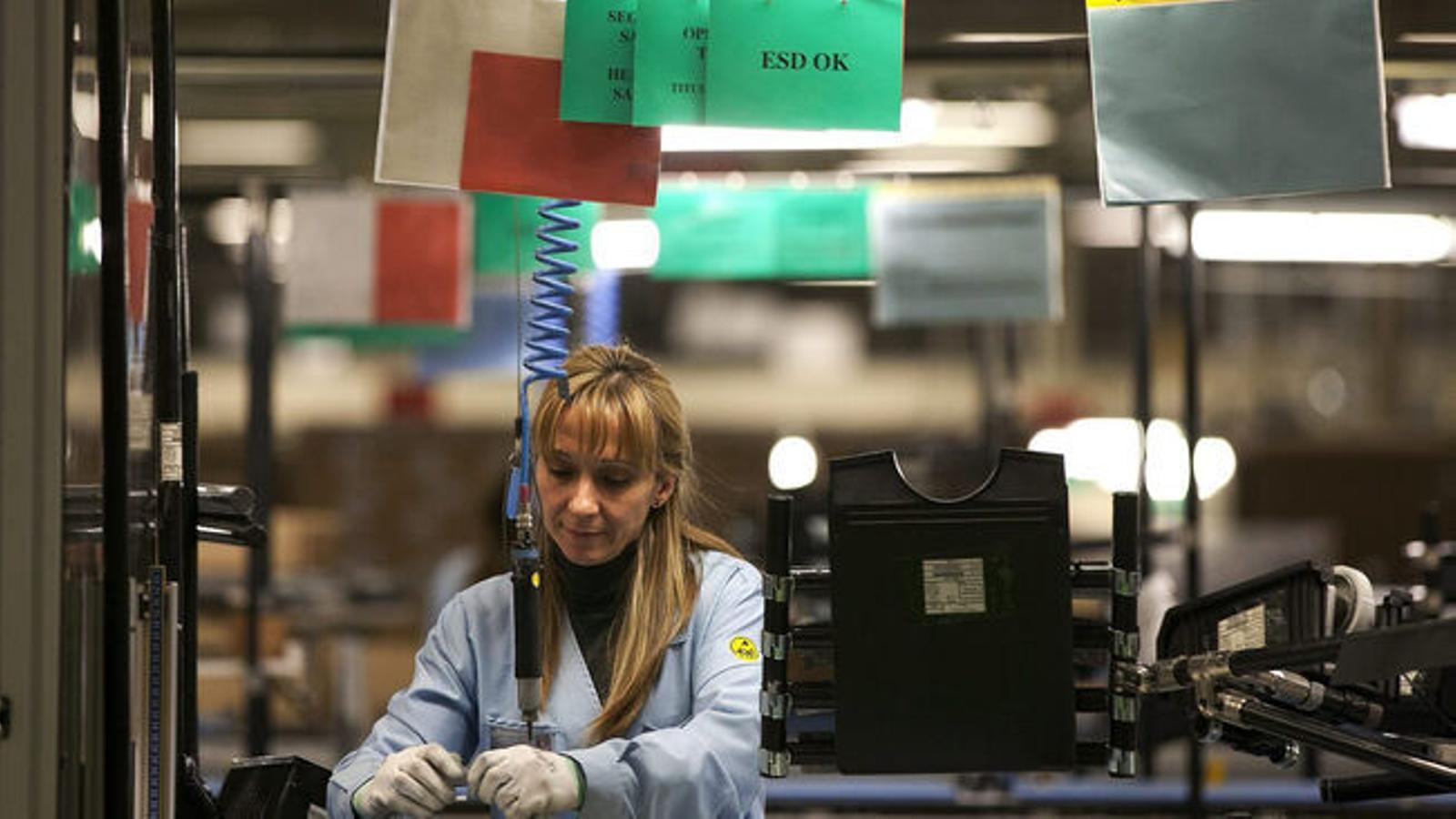 Una dona treballadora d'una fàbrica.