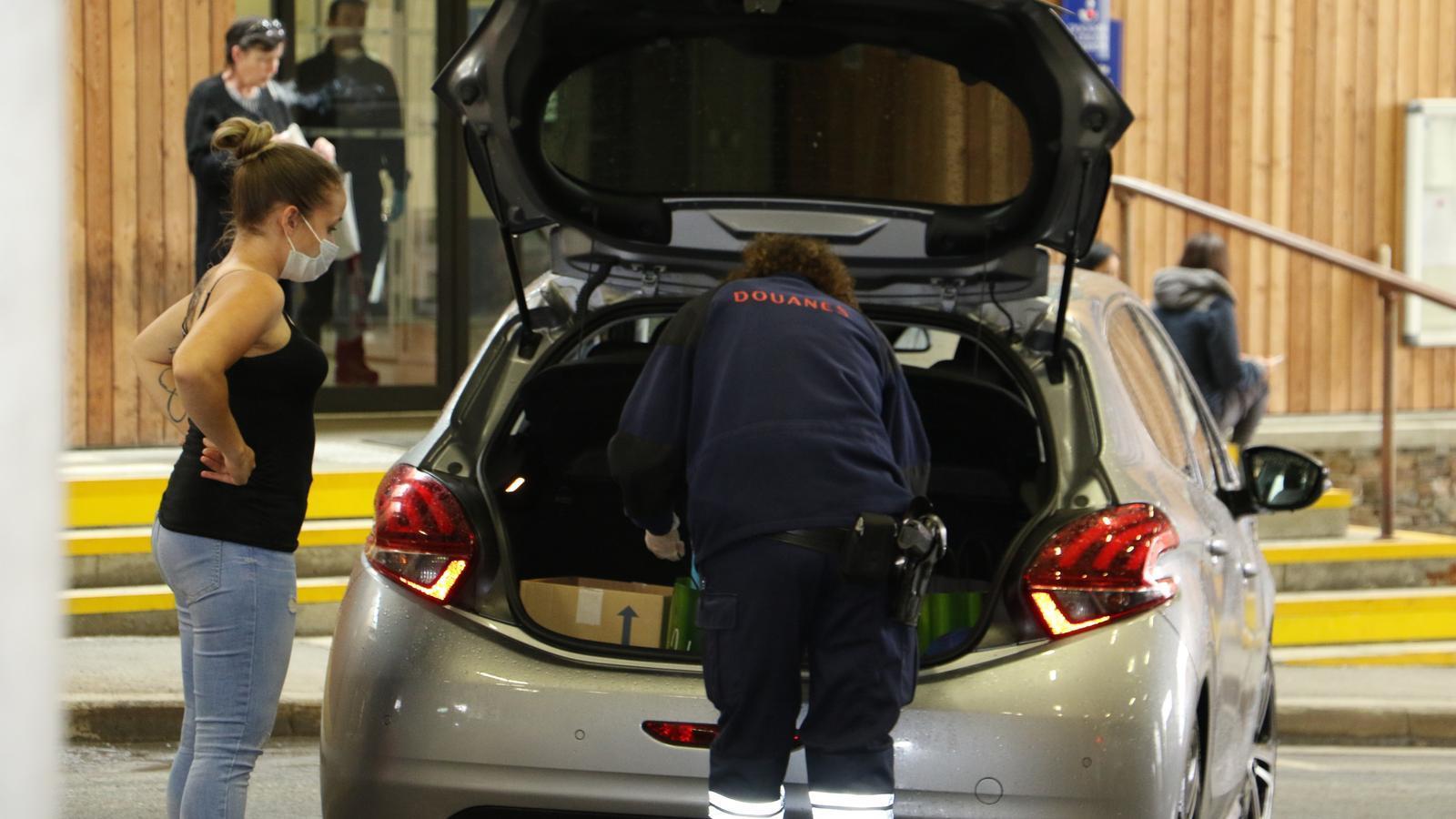 La policia francesa revisa els vehicles que creuen la frontera. / E.C. (ANA)