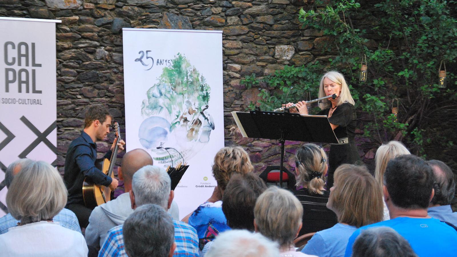 Un moment del concert del Duo Divertimento a Cal Pal de la Cortinada. / C. G. (ANA)