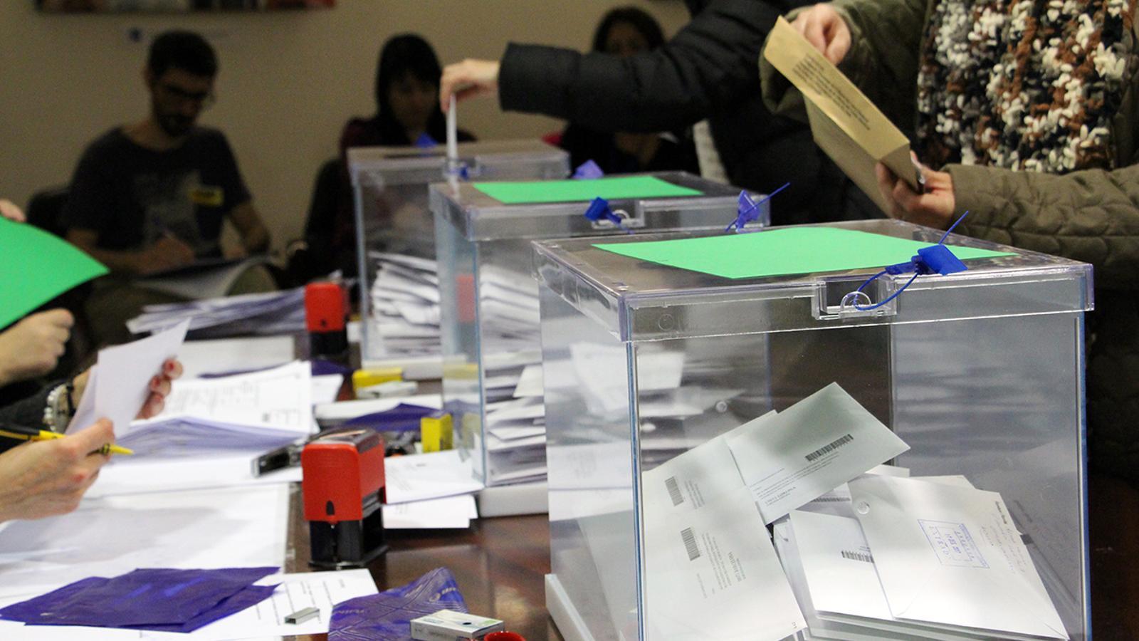 Els residents catalans exerceixen el dret a vot al consolat espanyol en el primer dia de votació. / M. M. (ANA)