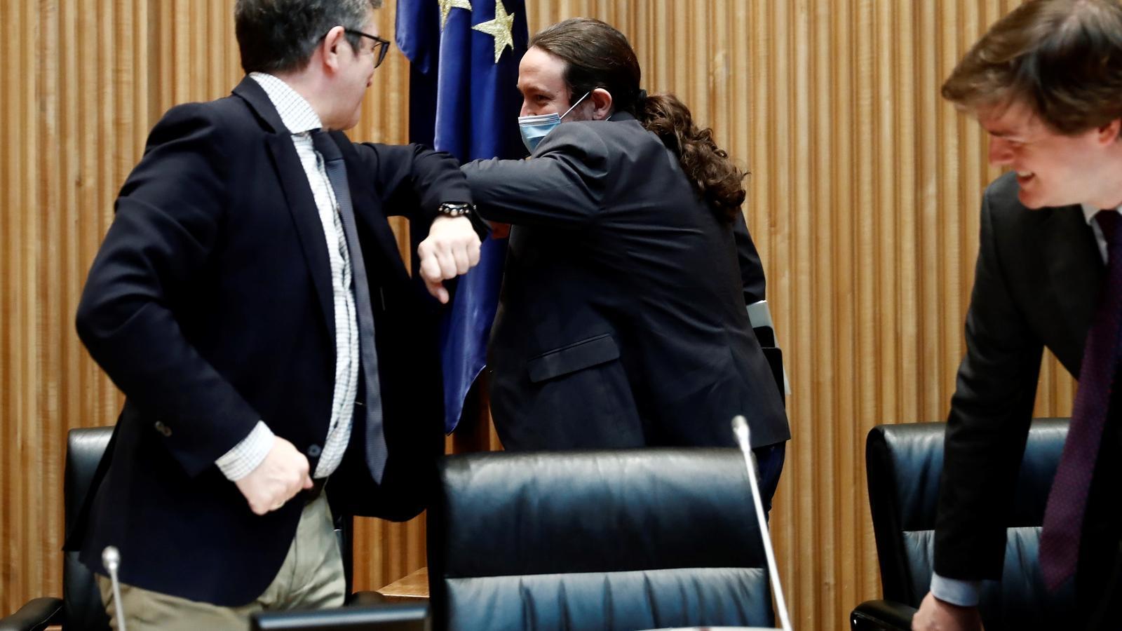 El vicepresident segon del govern espanyol, Pablo Iglesias, saludant el president de la comissió per a la Reconstrucció Social i Econòmica al Congrés, Patxi López, abans de la compareixença d'aquest dijous.