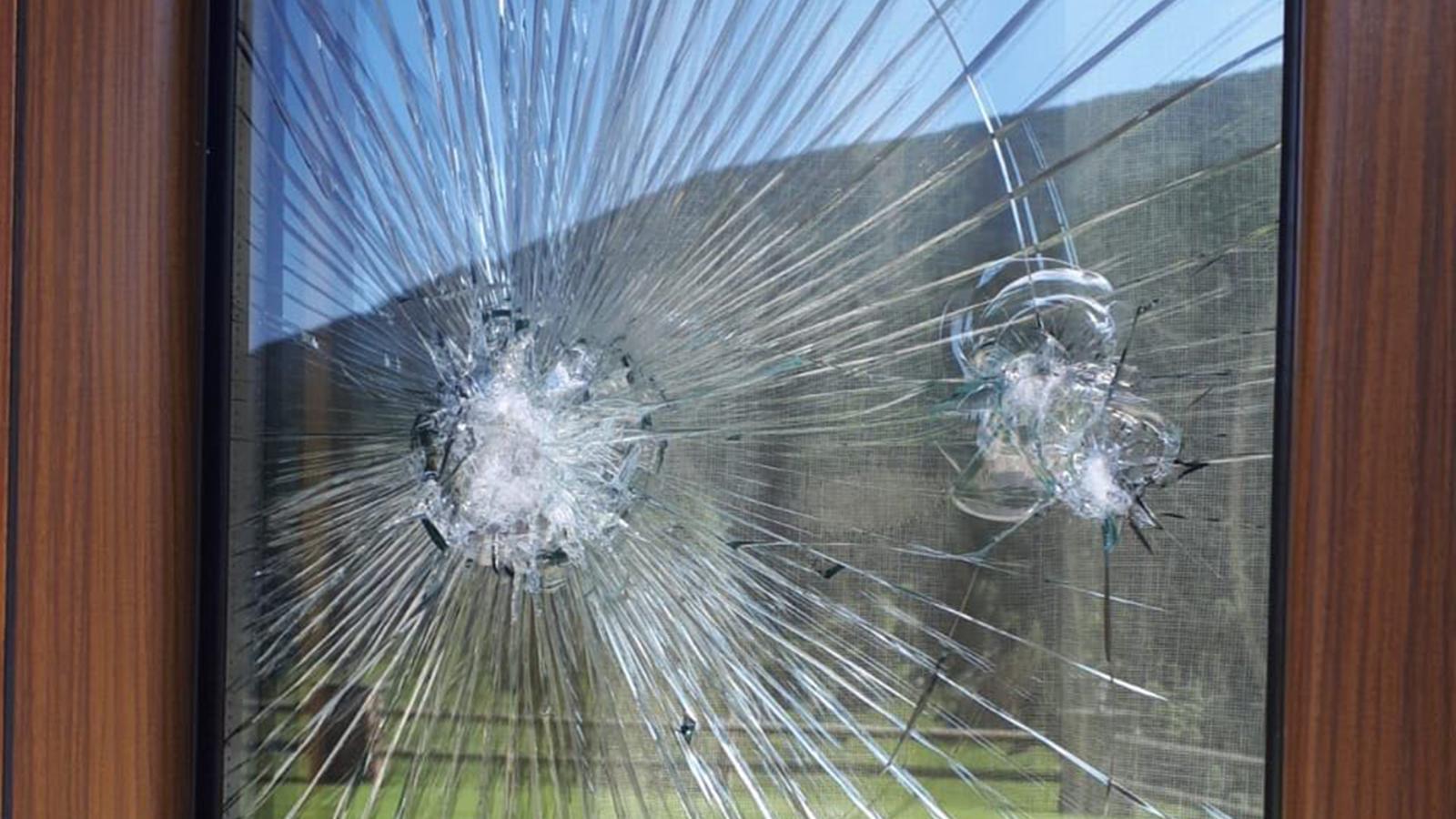 Un dels vidres trencats a la borda de la vall d'Incles. / ANA